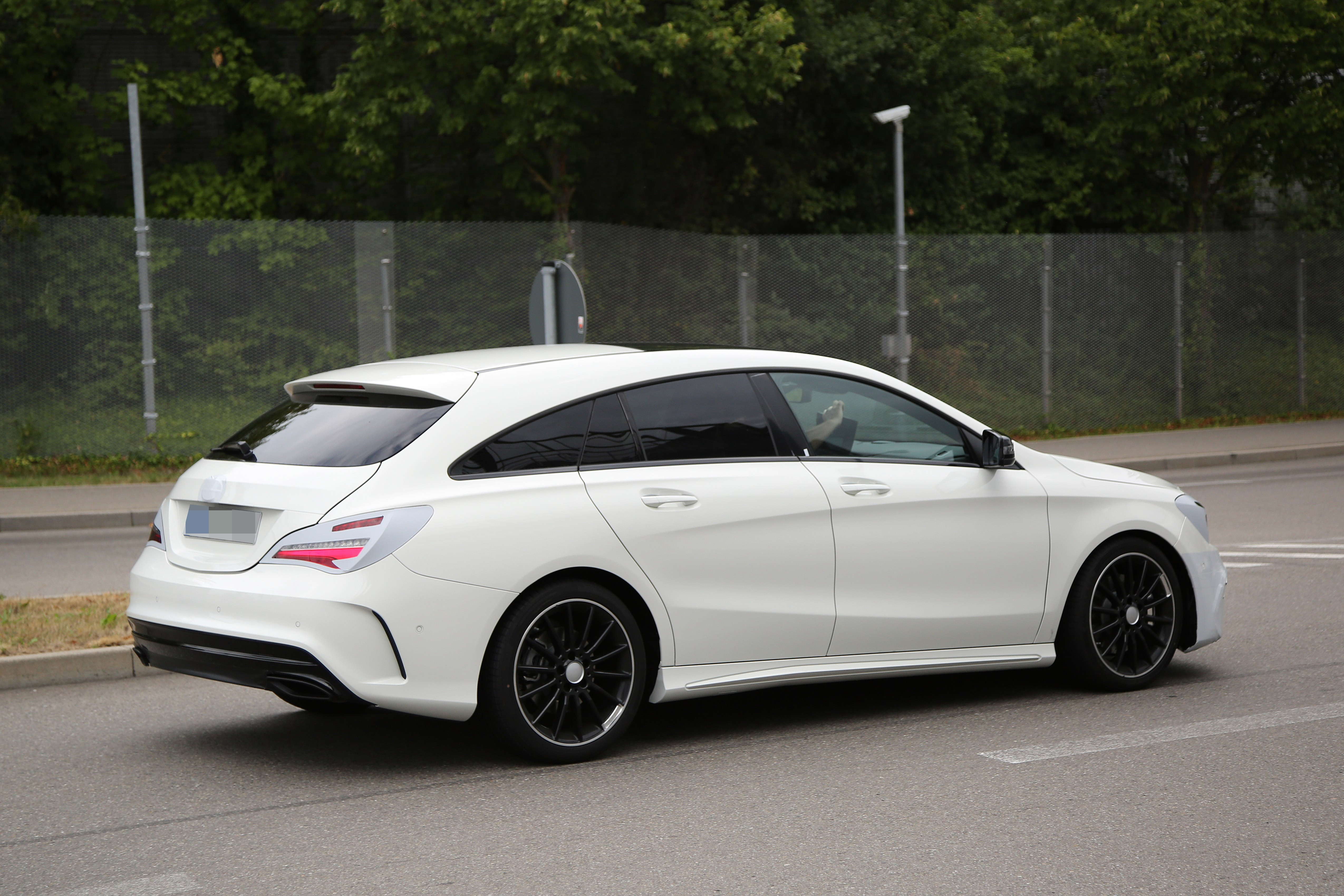 2016 - [Mercedes] CLA restylée Mercedes-benz-cla-shooting-brake-spied-once-again-coming-early-2016_6