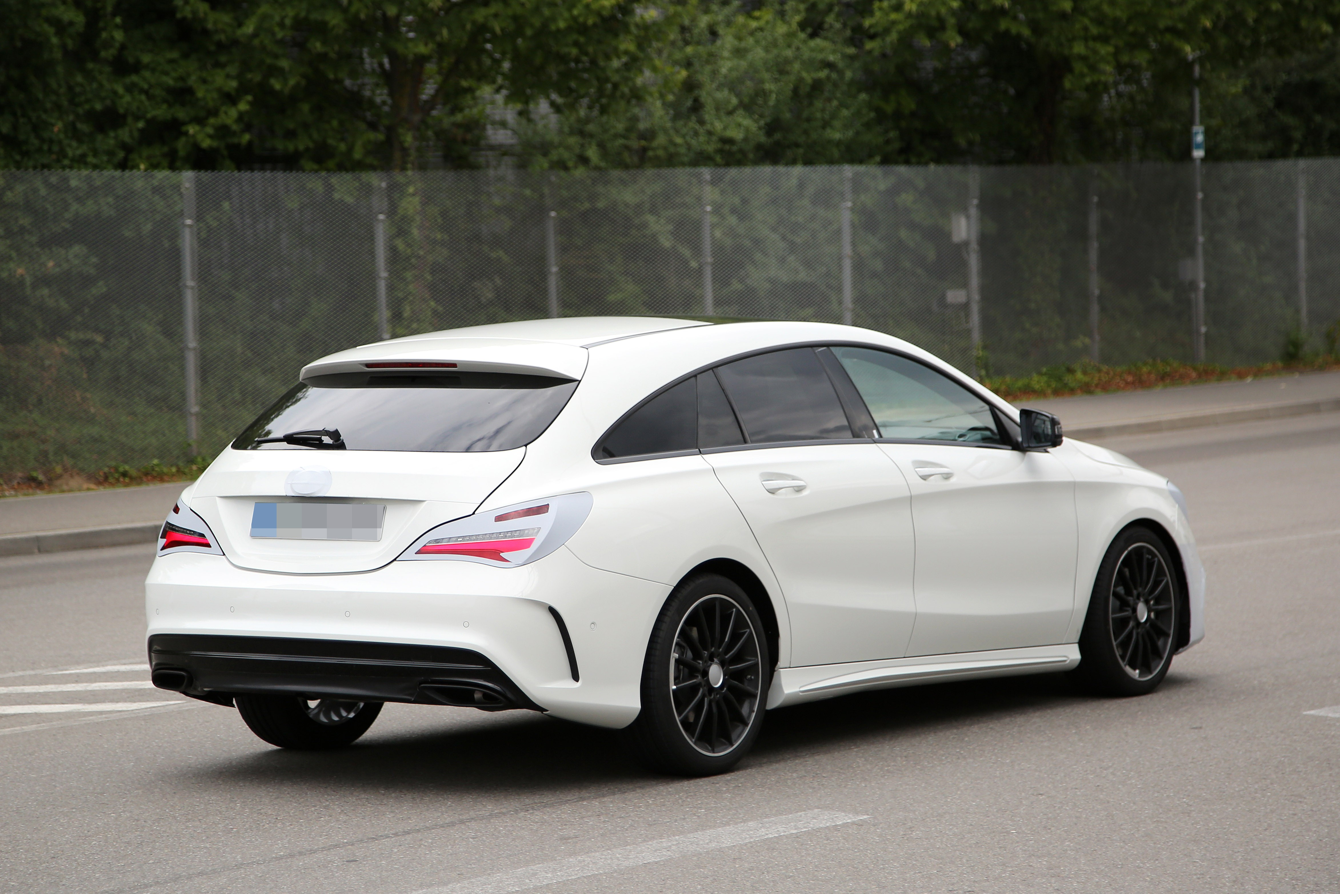 2016 - [Mercedes] CLA restylée Mercedes-benz-cla-shooting-brake-spied-once-again-coming-early-2016_7