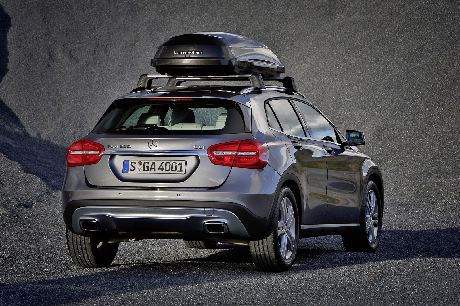 Mercedes benz designs a range of accesories for the gla for Mercedes benz roof rails