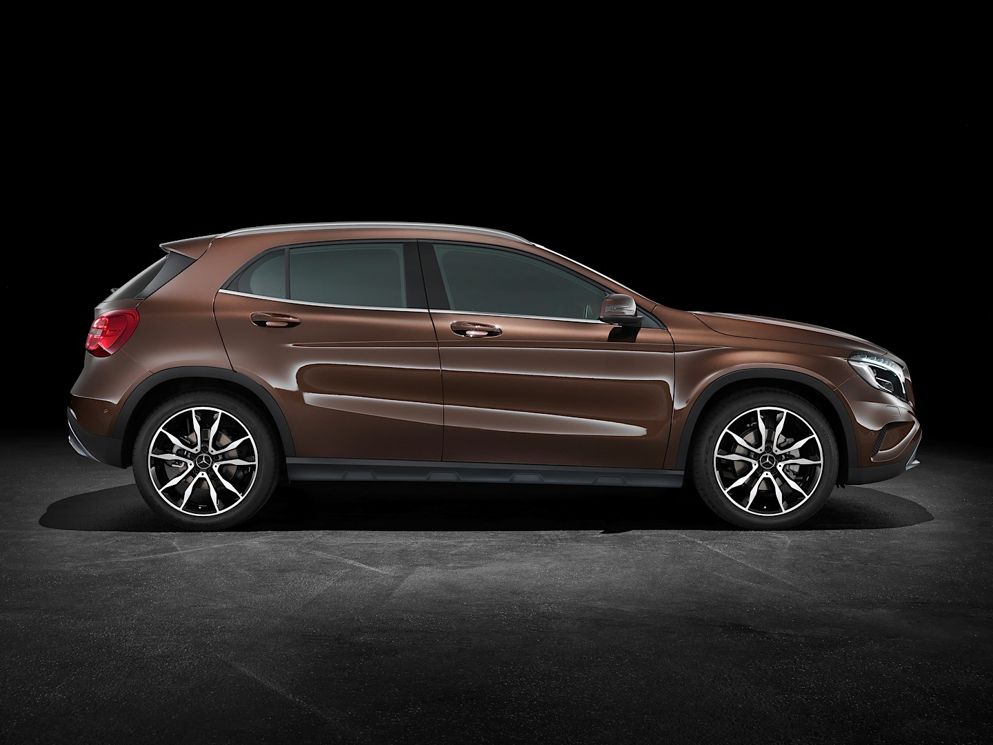 mercedes benz gla 250 gets reviewed by road and track autoevolution. Black Bedroom Furniture Sets. Home Design Ideas