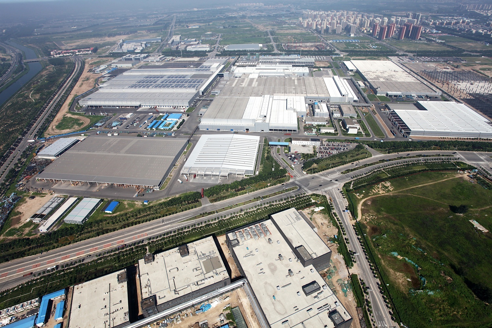 Mercedes benz opens first engine plant in china for Mercedes benz plant salary