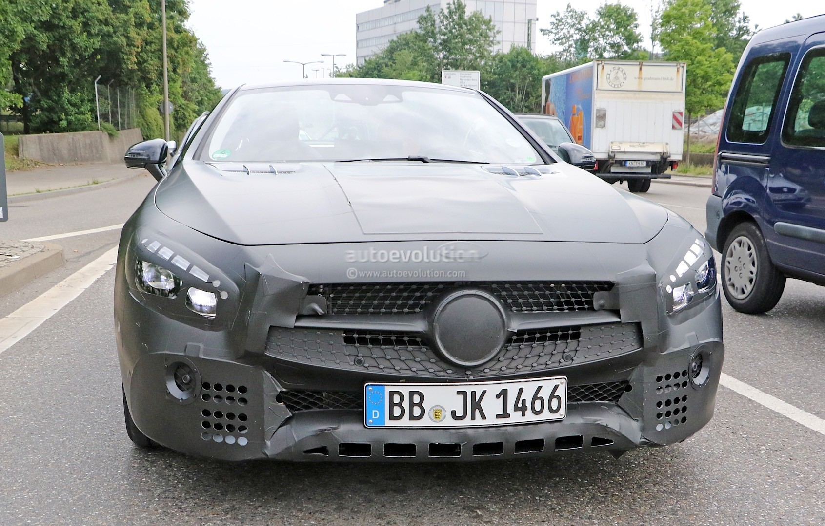2015 - [Mercedes] SL Restylé [R231] - Page 2 Mercedes-benz-sl-facelift-spied-again-more-interior-details-come-to-light-photo-gallery_1