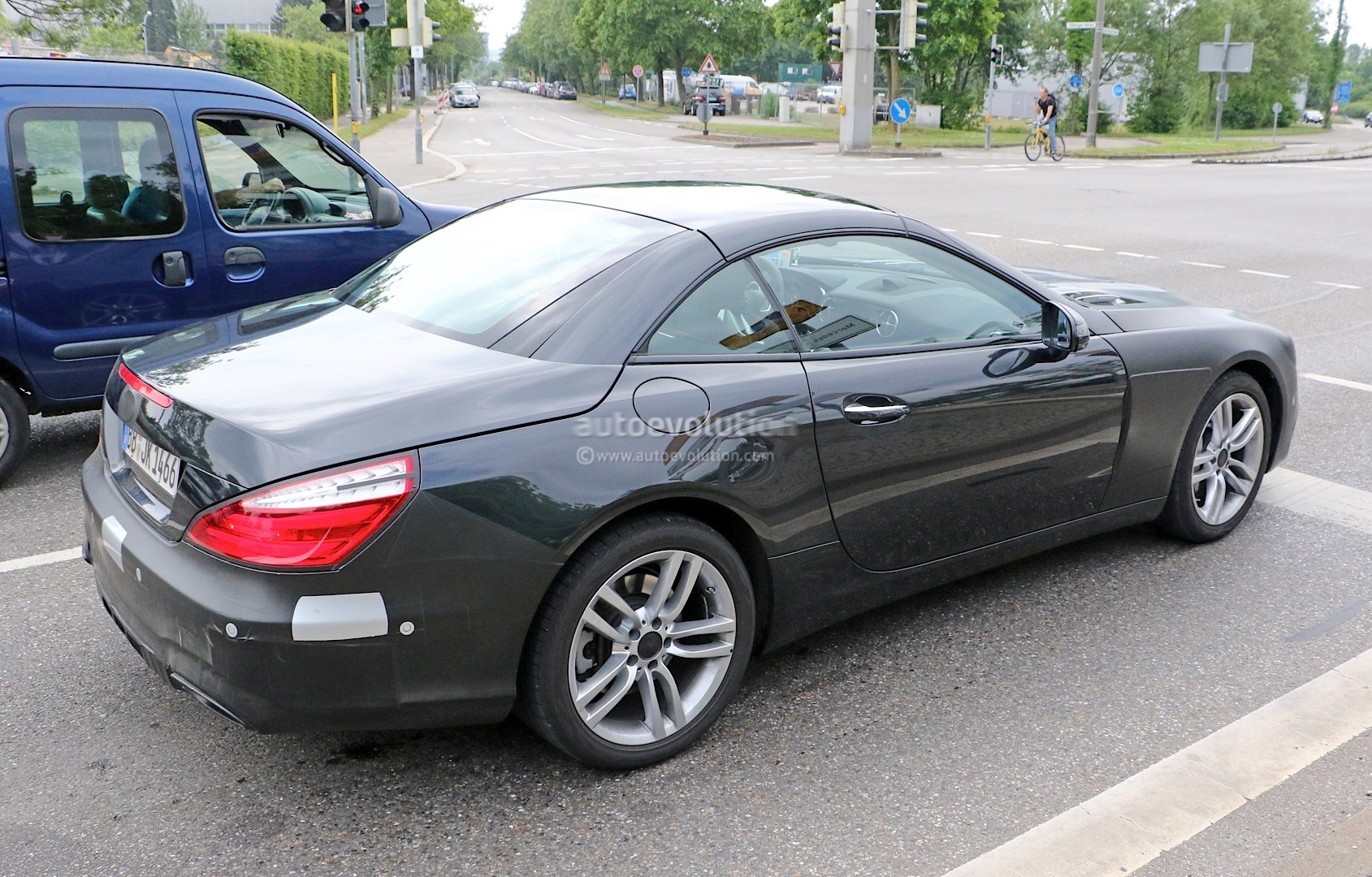 2015 - [Mercedes] SL Restylé [R231] - Page 2 Mercedes-benz-sl-facelift-spied-again-more-interior-details-come-to-light-photo-gallery_5