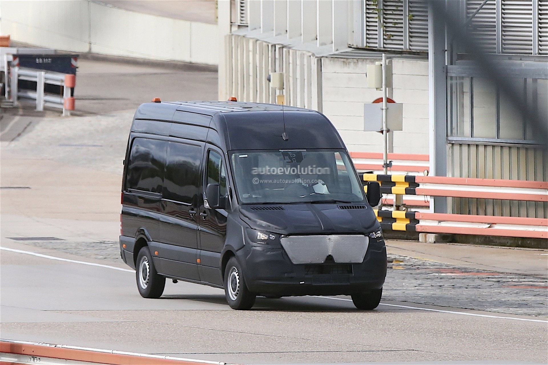 2017 mercedes benz sprinter spied with camouflaged nose autoevolution. Black Bedroom Furniture Sets. Home Design Ideas