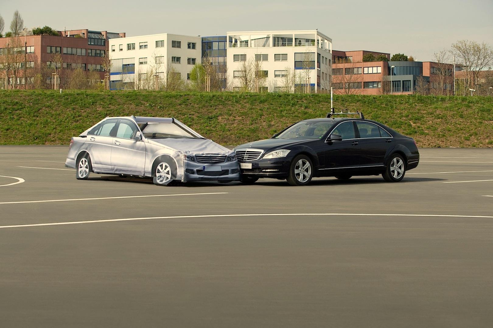Mercedes benz to introduce autobahn pilot assistant in two for Mercedes benz autobahn