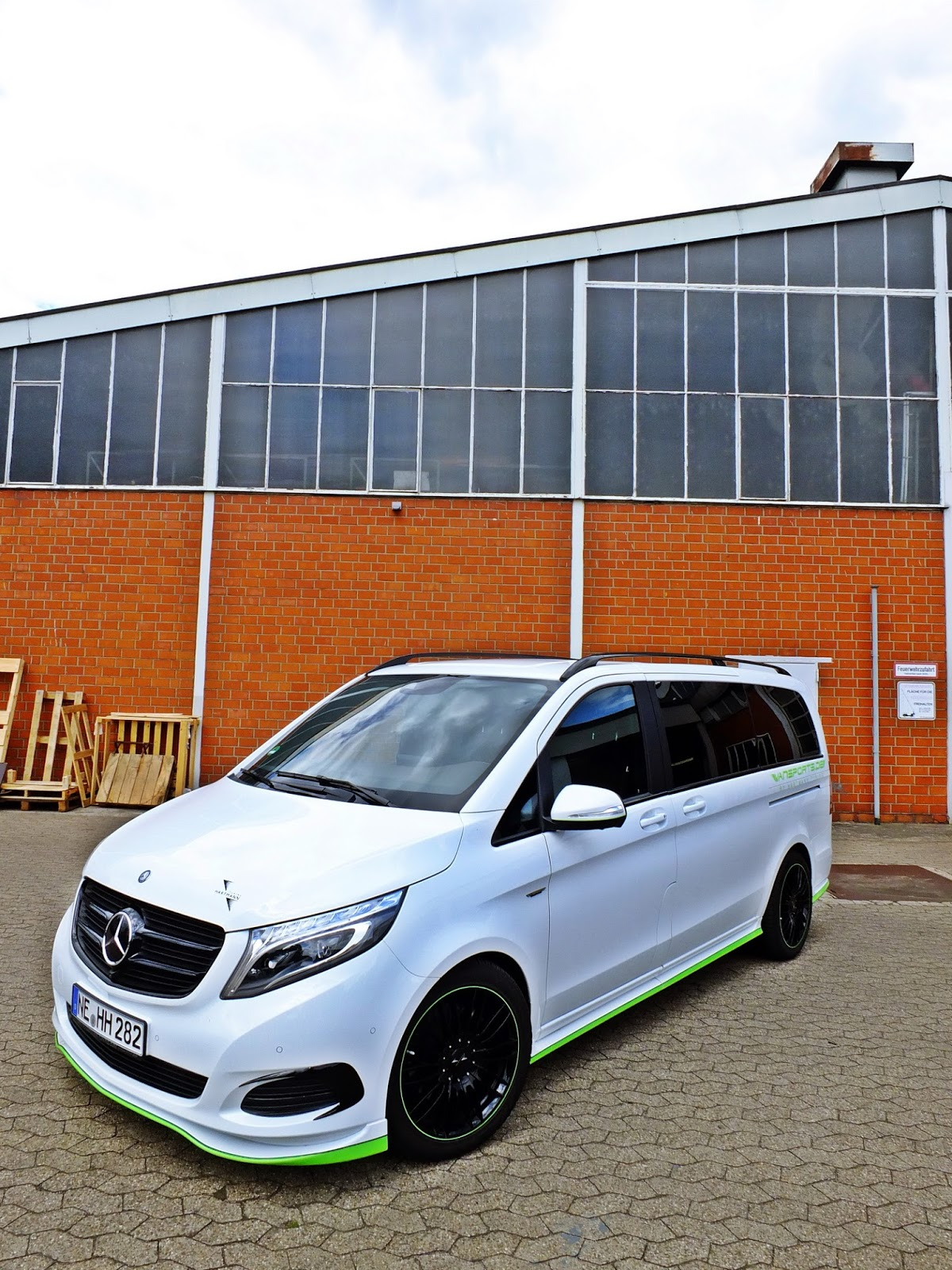 Mercedes benz v class gets into its tracksuit with help for Mercedes benz assistance