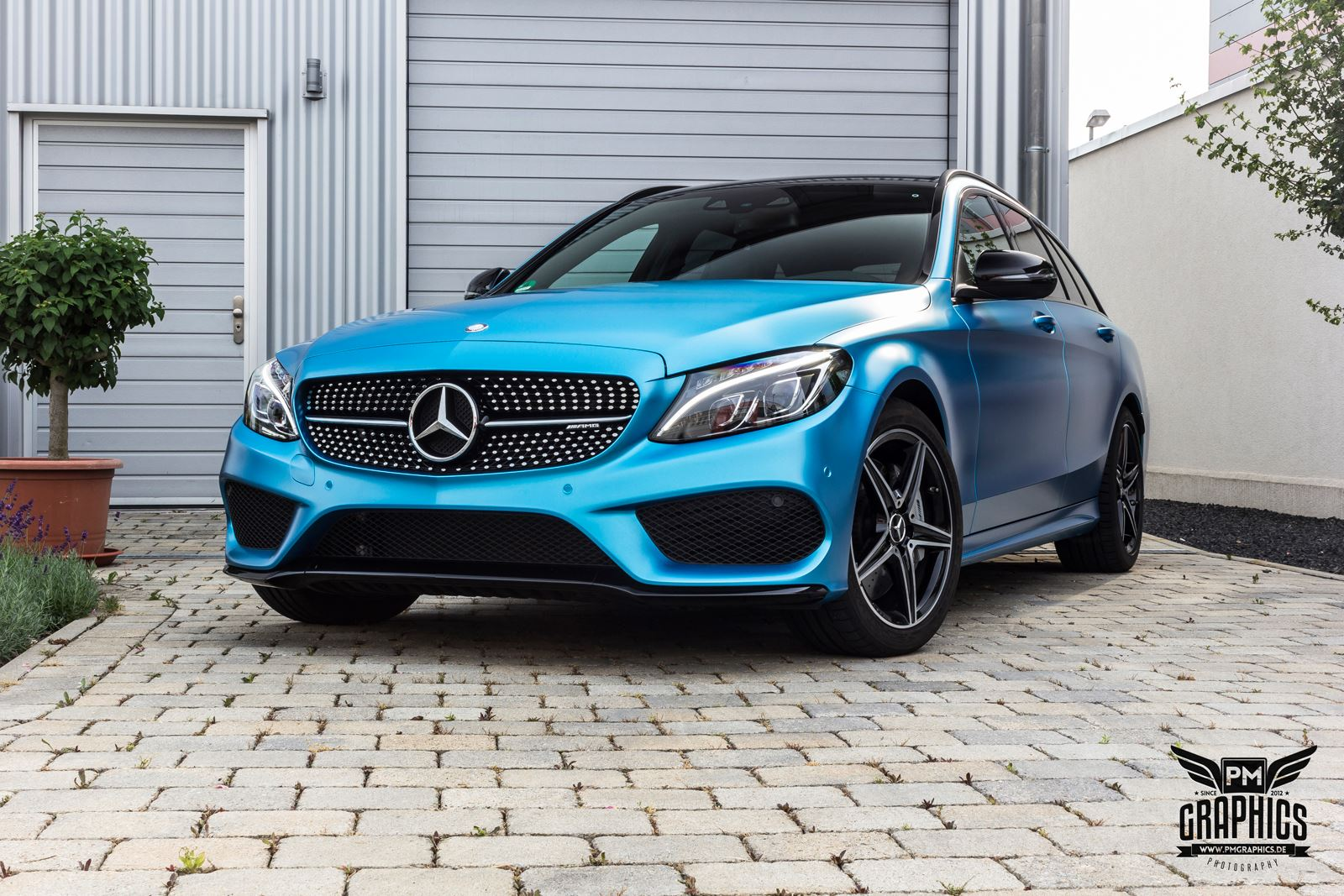 mercedes c450 amg yellow taxi vs c43 in silky blue wrap battle autoevolution. Black Bedroom Furniture Sets. Home Design Ideas