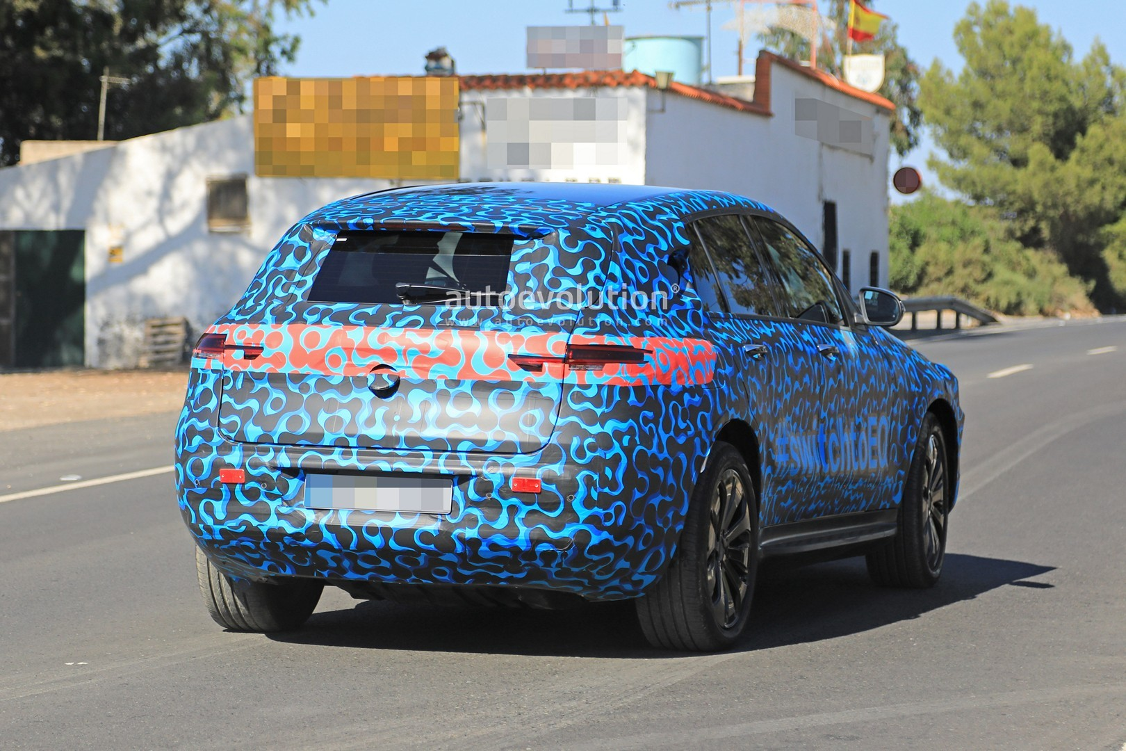 [Imagen: mercedes-eq-c-spied-with-new-camo-and-ca...tag_13.jpg]