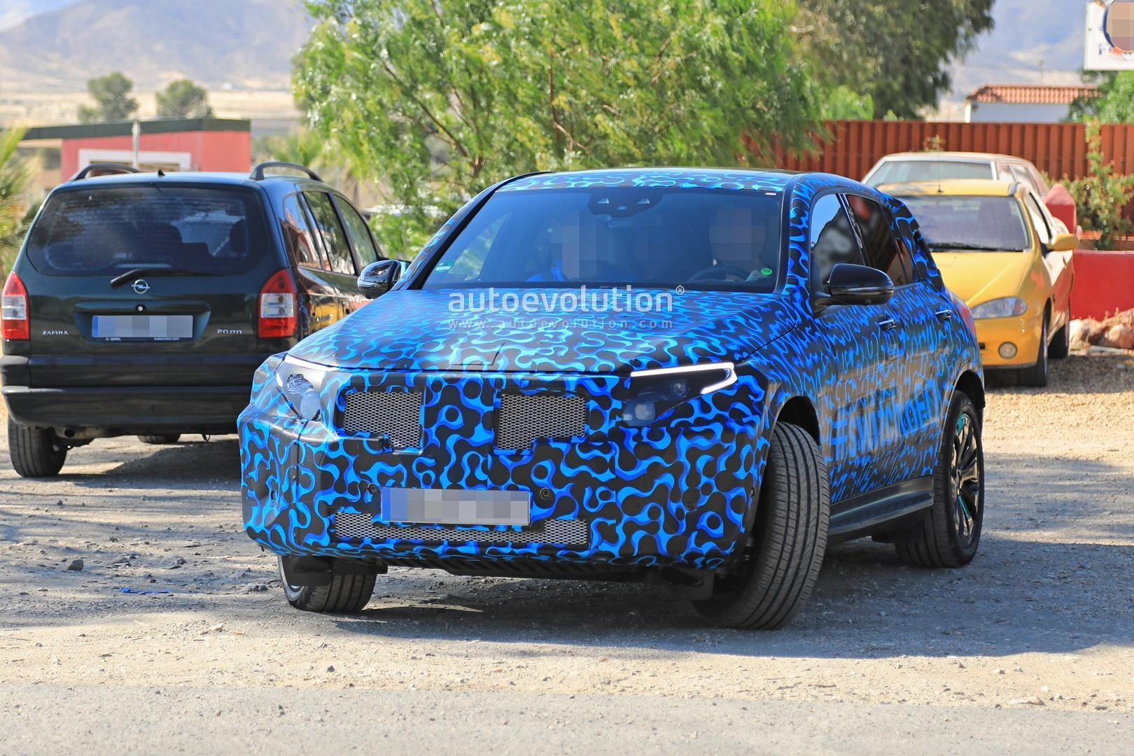 [Imagen: mercedes-eq-c-spied-with-new-camo-and-ca...-tag_2.jpg]