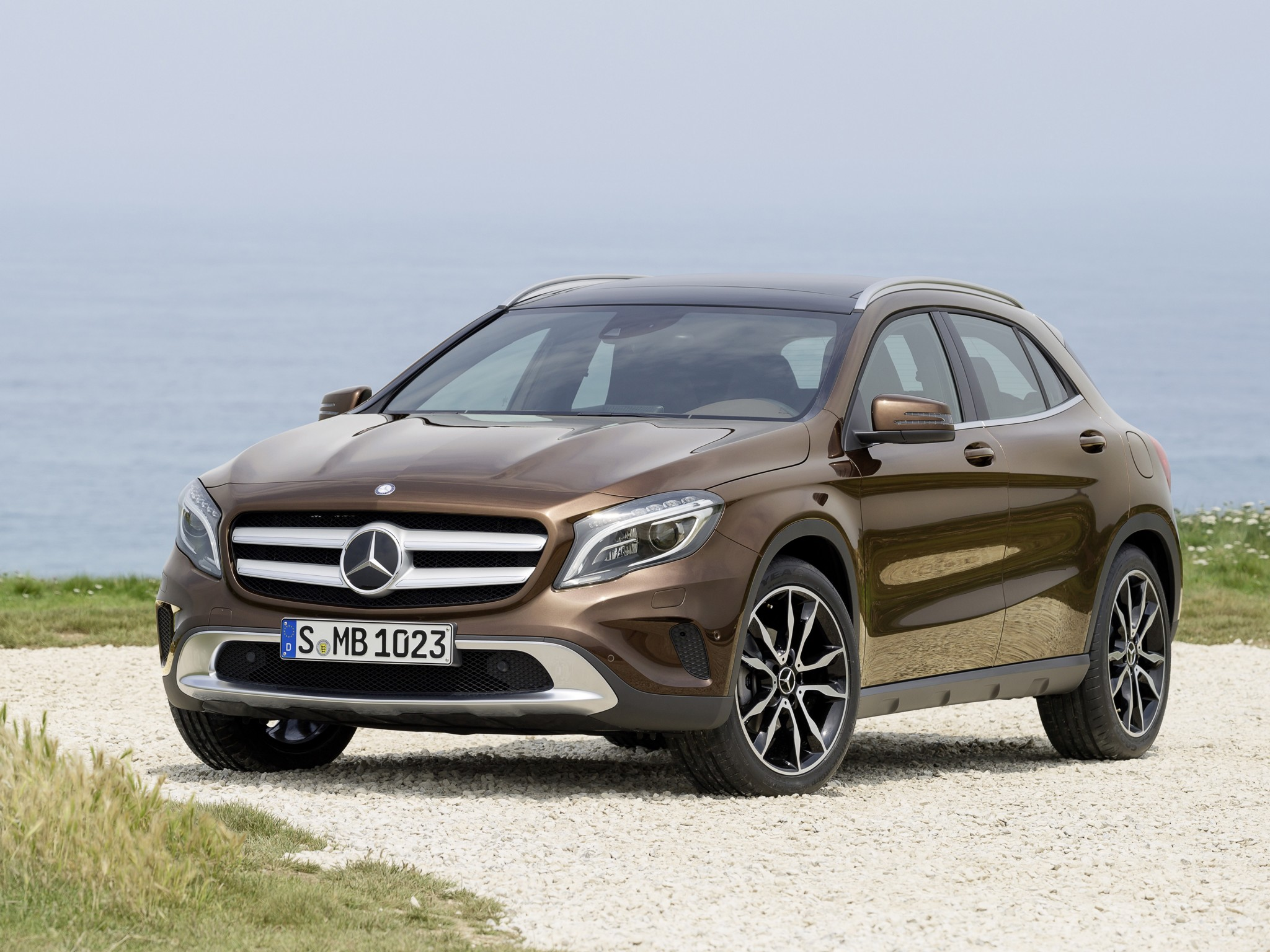 mercedes gla 220 cdi vs volvo v40 cross country d4 the cross hatch comparison autoevolution. Black Bedroom Furniture Sets. Home Design Ideas