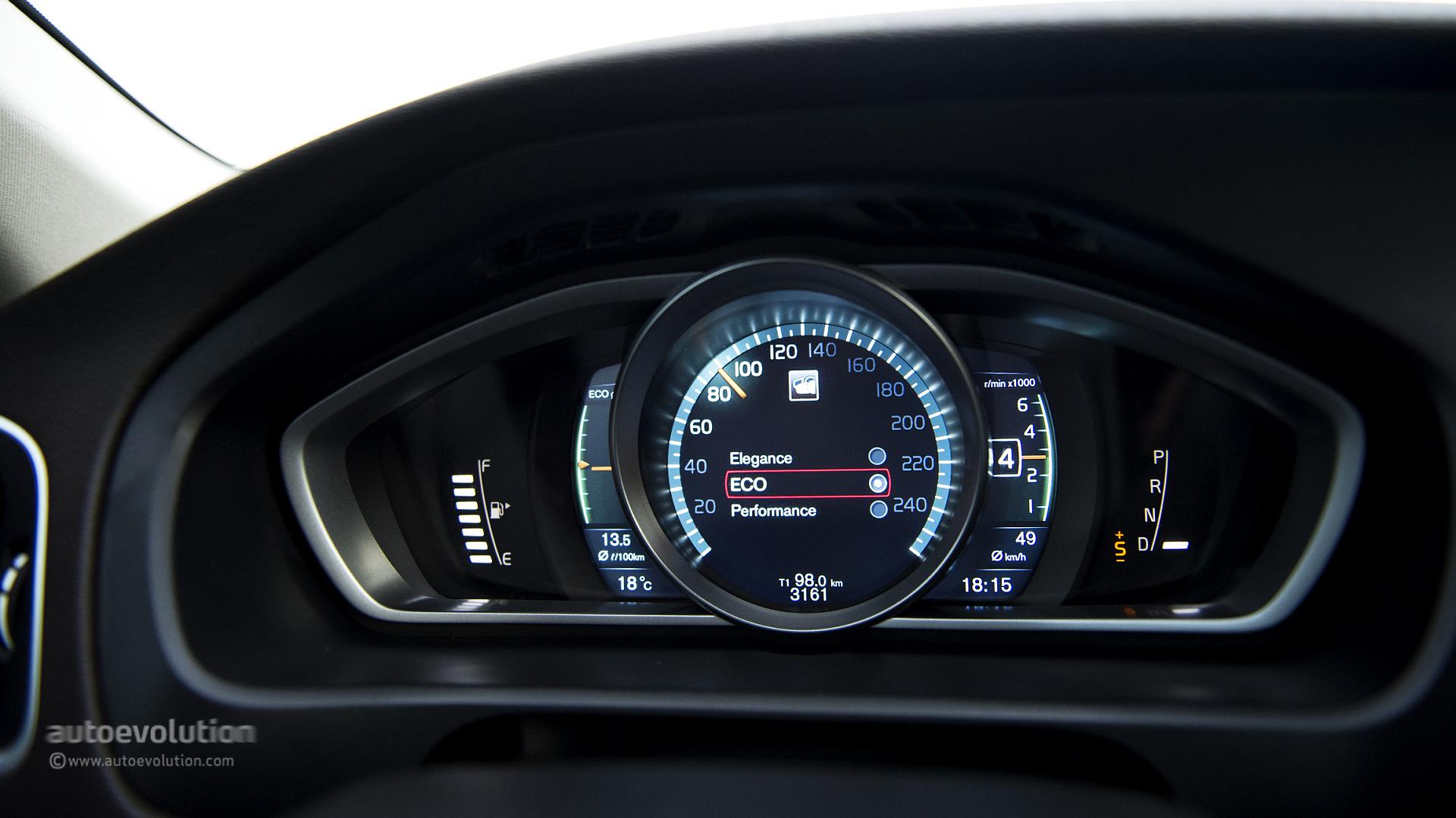 Mercedes GLA 220 CDI vs Volvo V40 Cross Country D4: the Cross-Hatch Comparison - autoevolution