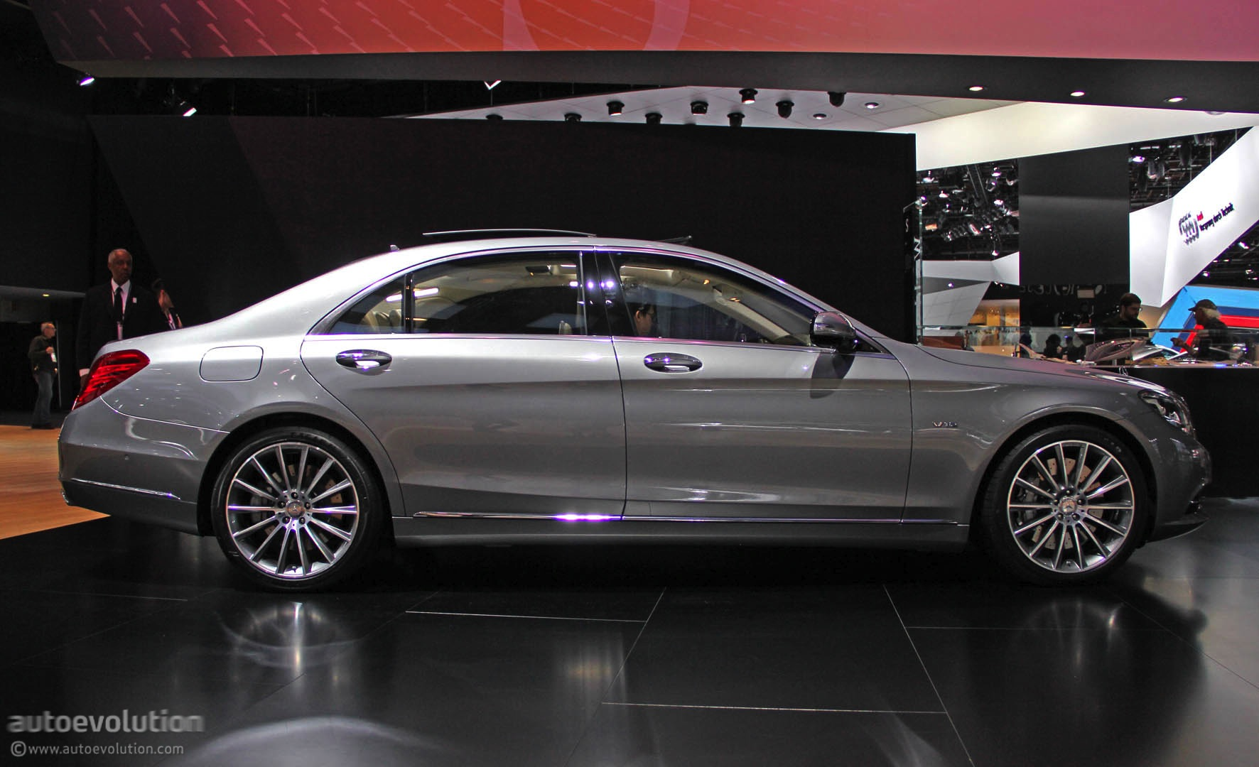 Mercedes s600 debuts in detroit with 6 liter v12 live for Mercedes benz s600 2014