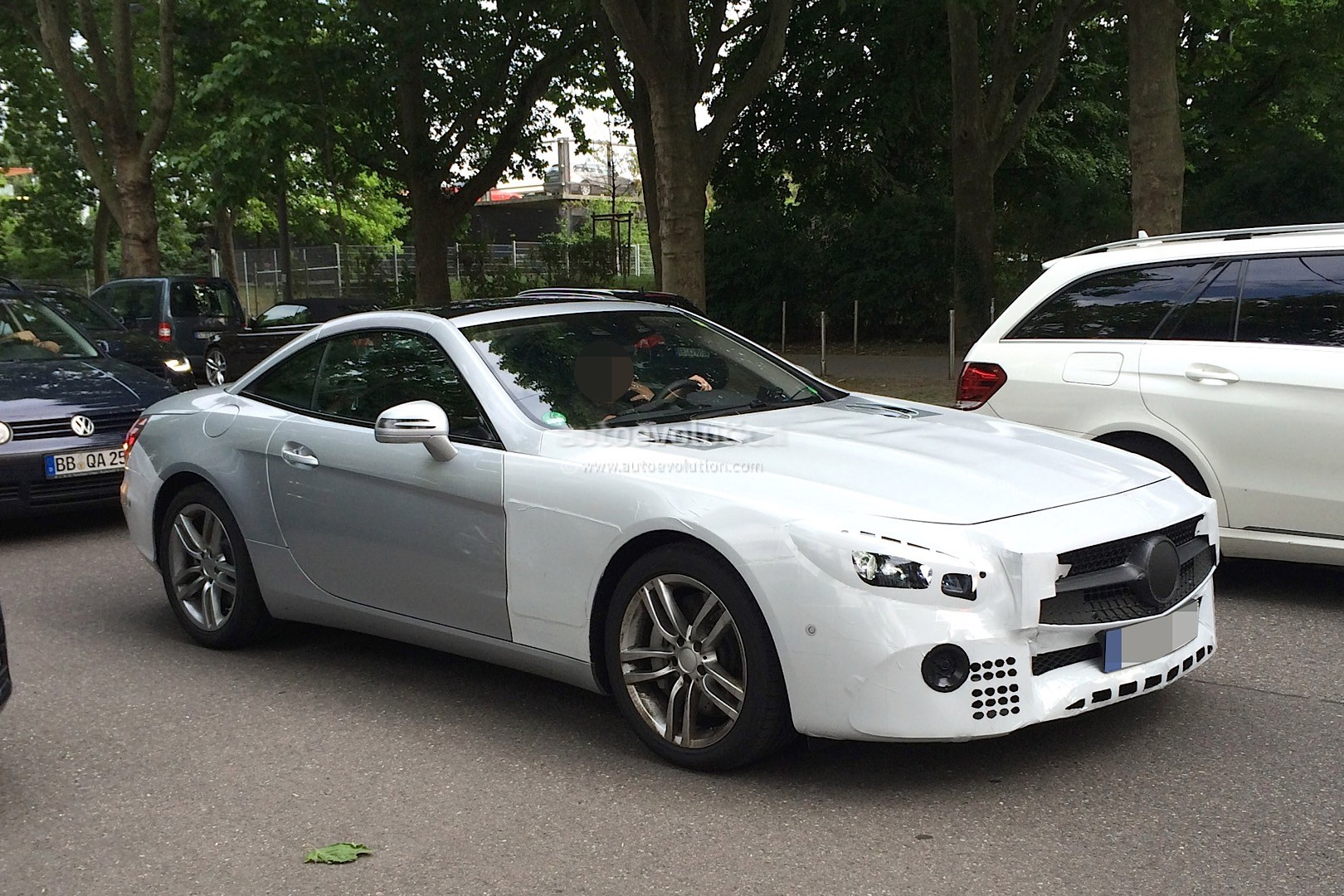 Mercedes sl facelift spotted again shows silver paint job for Mercedes benz white paint