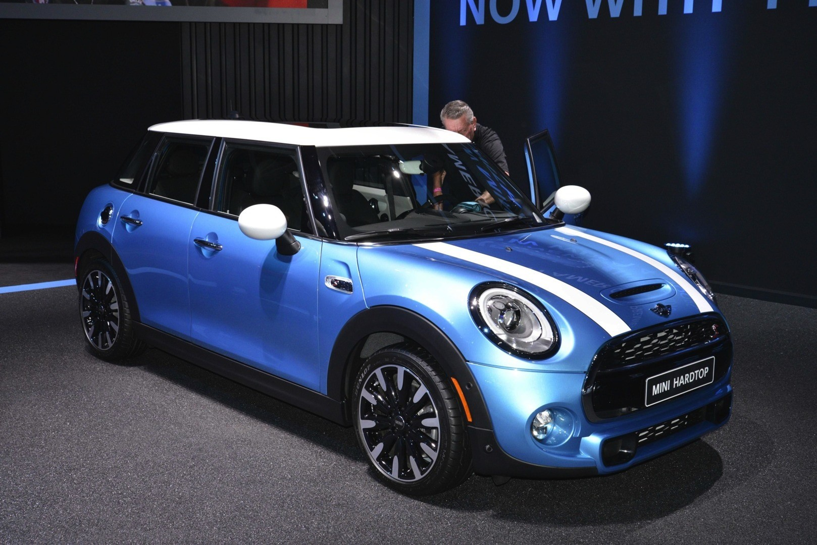 mini 5 door hardtop premieres at la auto show superleggera steals the show live photos. Black Bedroom Furniture Sets. Home Design Ideas