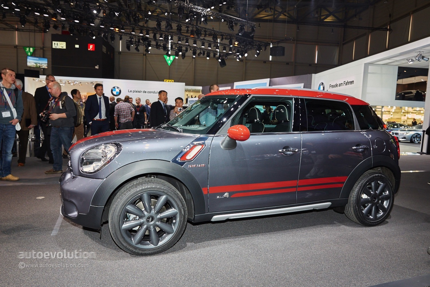 mini brings out the surprising countryman park lane edition in geneva autoevolution. Black Bedroom Furniture Sets. Home Design Ideas