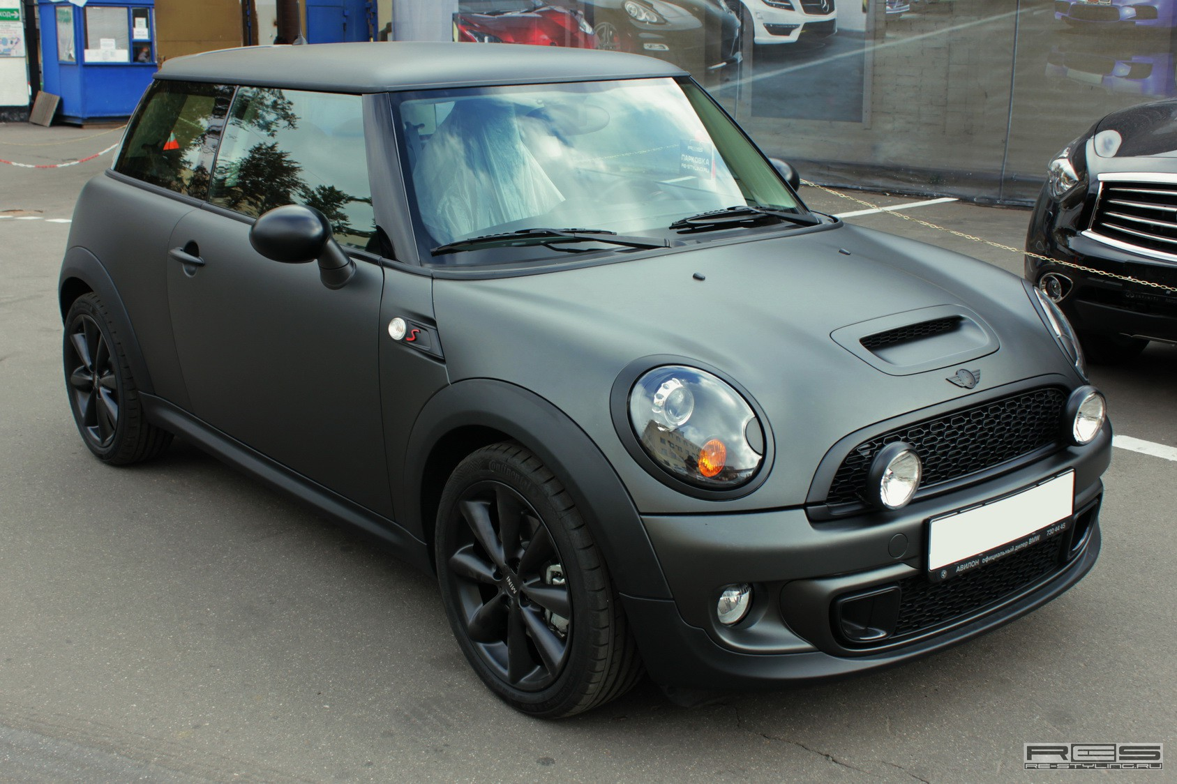 mini cooper s gets blacked out in russia autoevolution. Black Bedroom Furniture Sets. Home Design Ideas