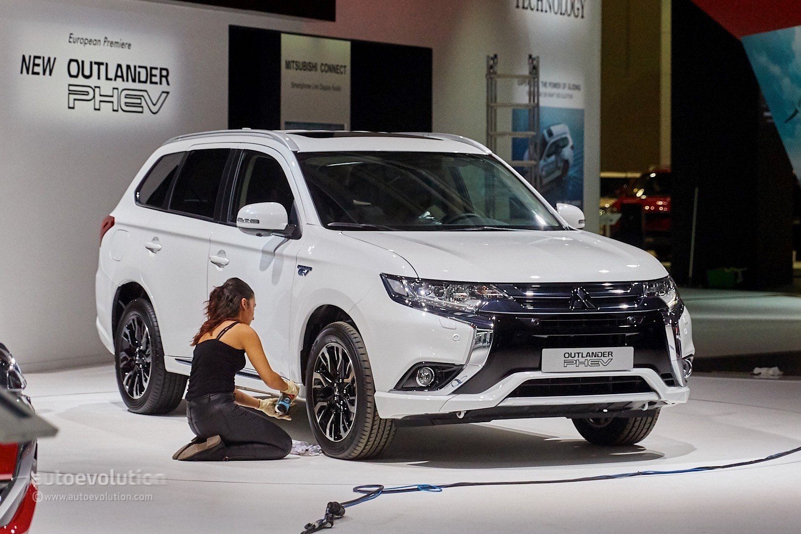 Mitsubishi Outlander PHEV Facelift Revealed at Frankfurt, Gets Rally Version - autoevolution