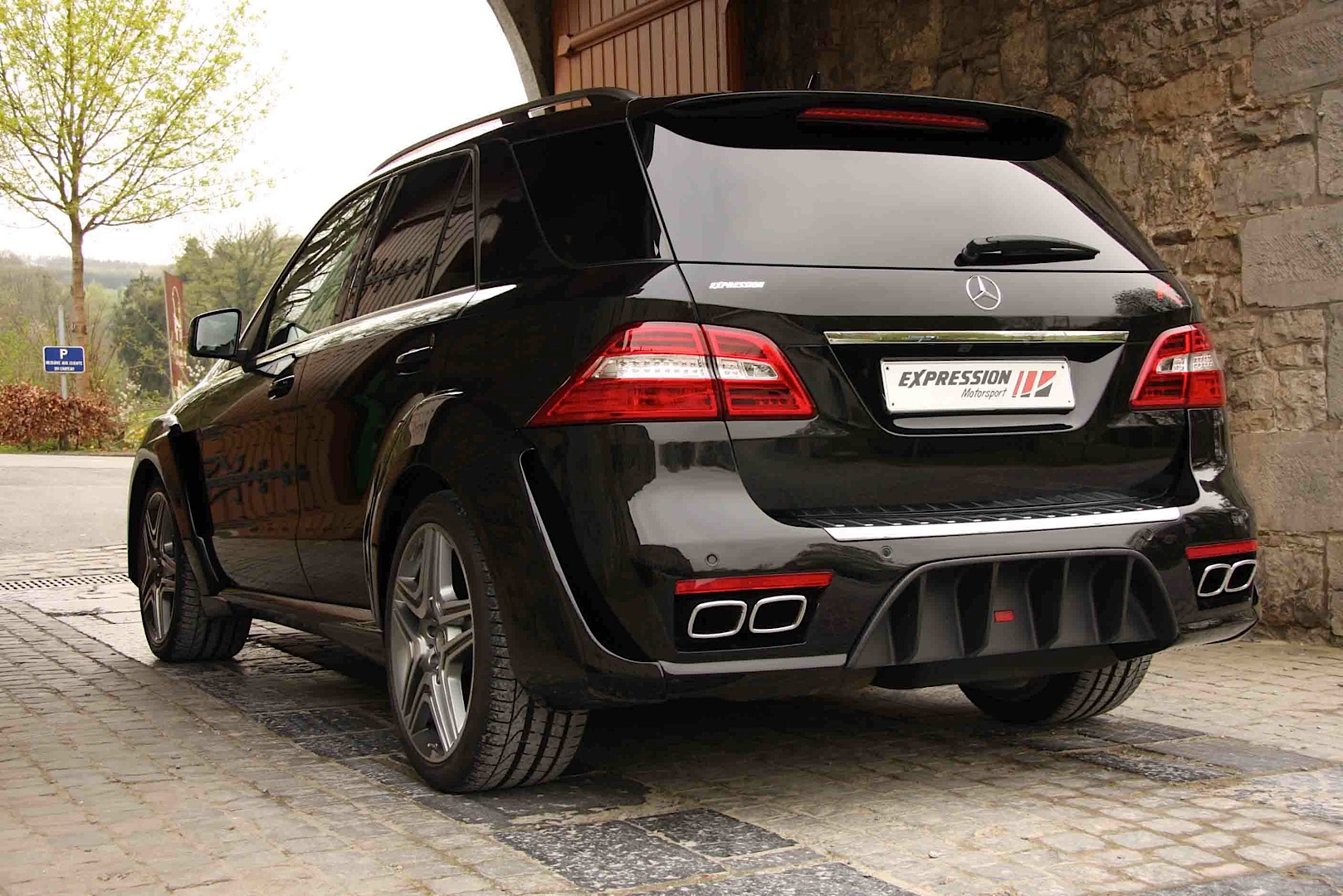 ml 63 amg wide by expression preys on small children video photo gallery autoevolution. Black Bedroom Furniture Sets. Home Design Ideas
