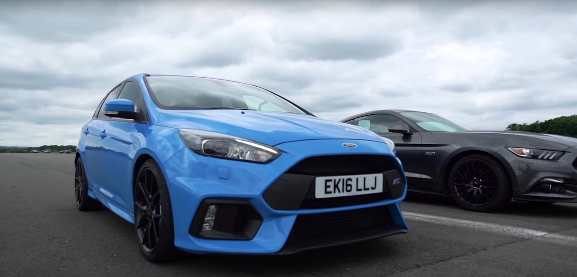 mustang vs focus rs drag race explained by a man named ford autoevolution. Black Bedroom Furniture Sets. Home Design Ideas