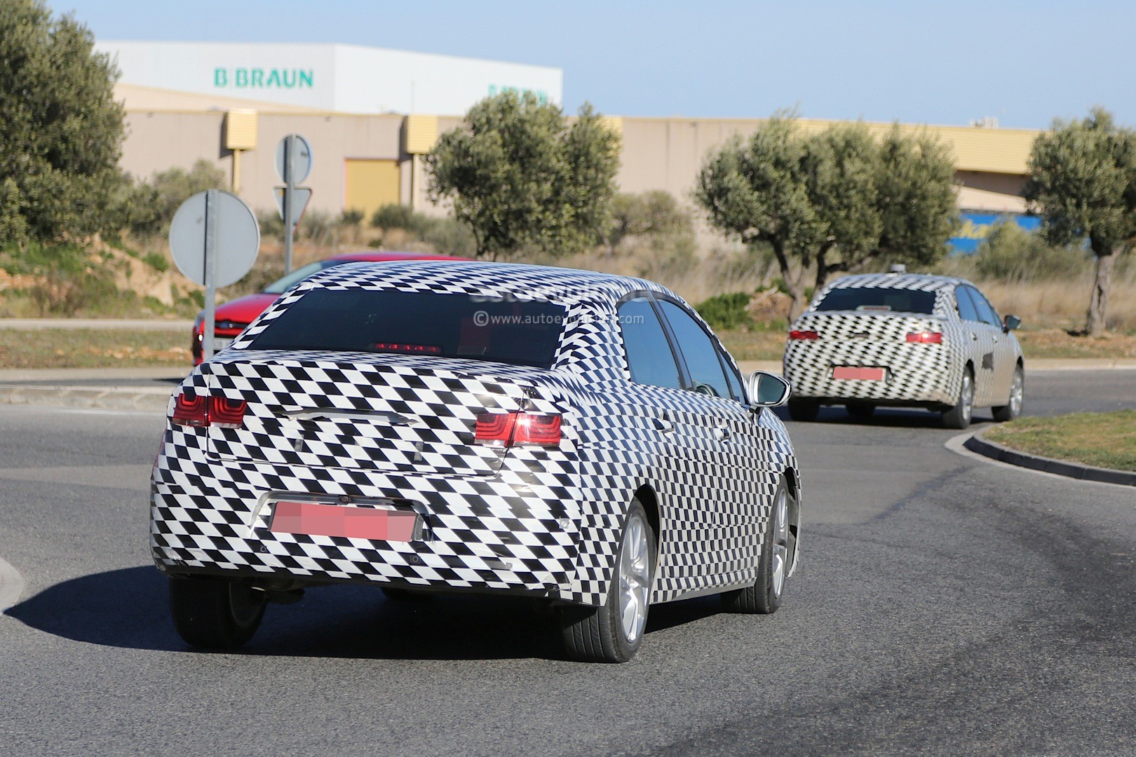 2015 - [Citroën] C4 C-Quatre - Page 2 Mystery-citroen-compact-sedan-spied-testing-in-spain-could-be-the-new-c4-lunge_10