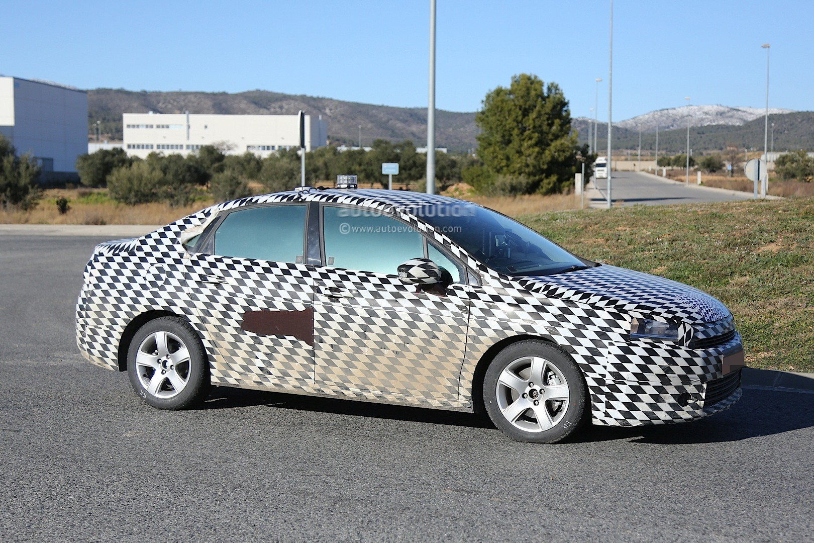 2015 - [Citroën] C4 C-Quatre - Page 2 Mystery-citroen-compact-sedan-spied-testing-in-spain-could-be-the-new-c4-lunge_4