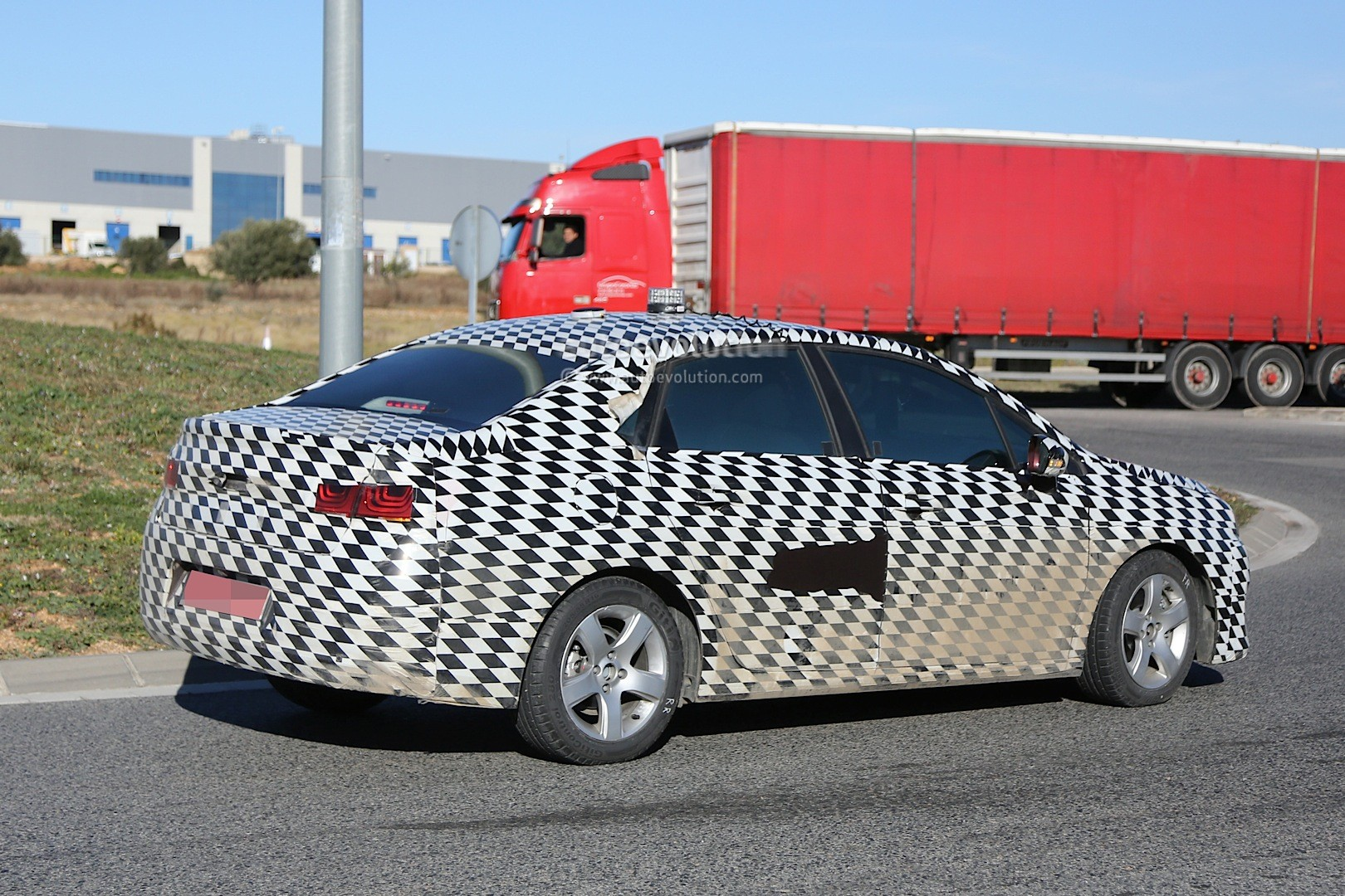 2015 - [Citroën] C4 C-Quatre - Page 2 Mystery-citroen-compact-sedan-spied-testing-in-spain-could-be-the-new-c4-lunge_6