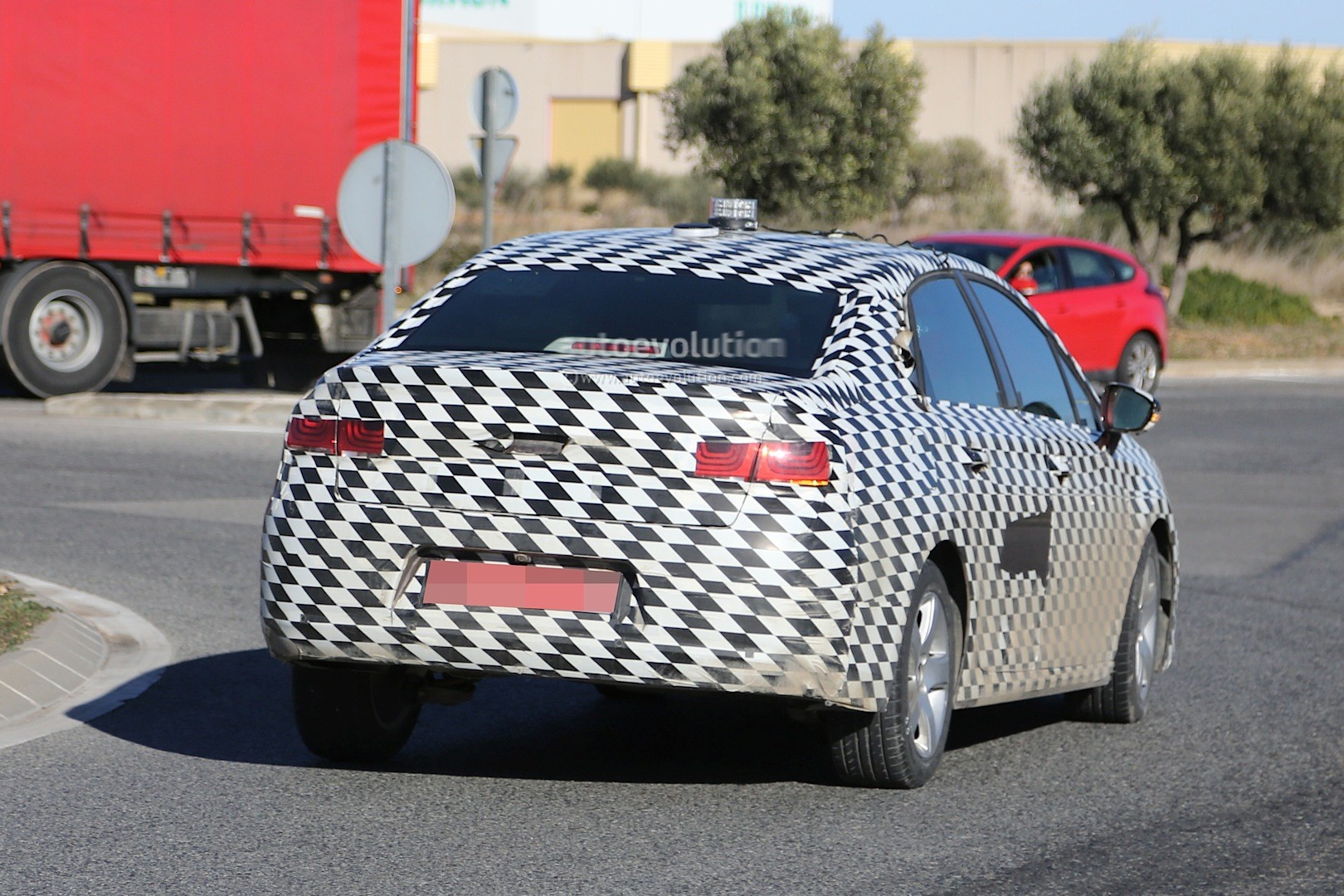 2015 - [Citroën] C4 C-Quatre - Page 2 Mystery-citroen-compact-sedan-spied-testing-in-spain-could-be-the-new-c4-lunge_7