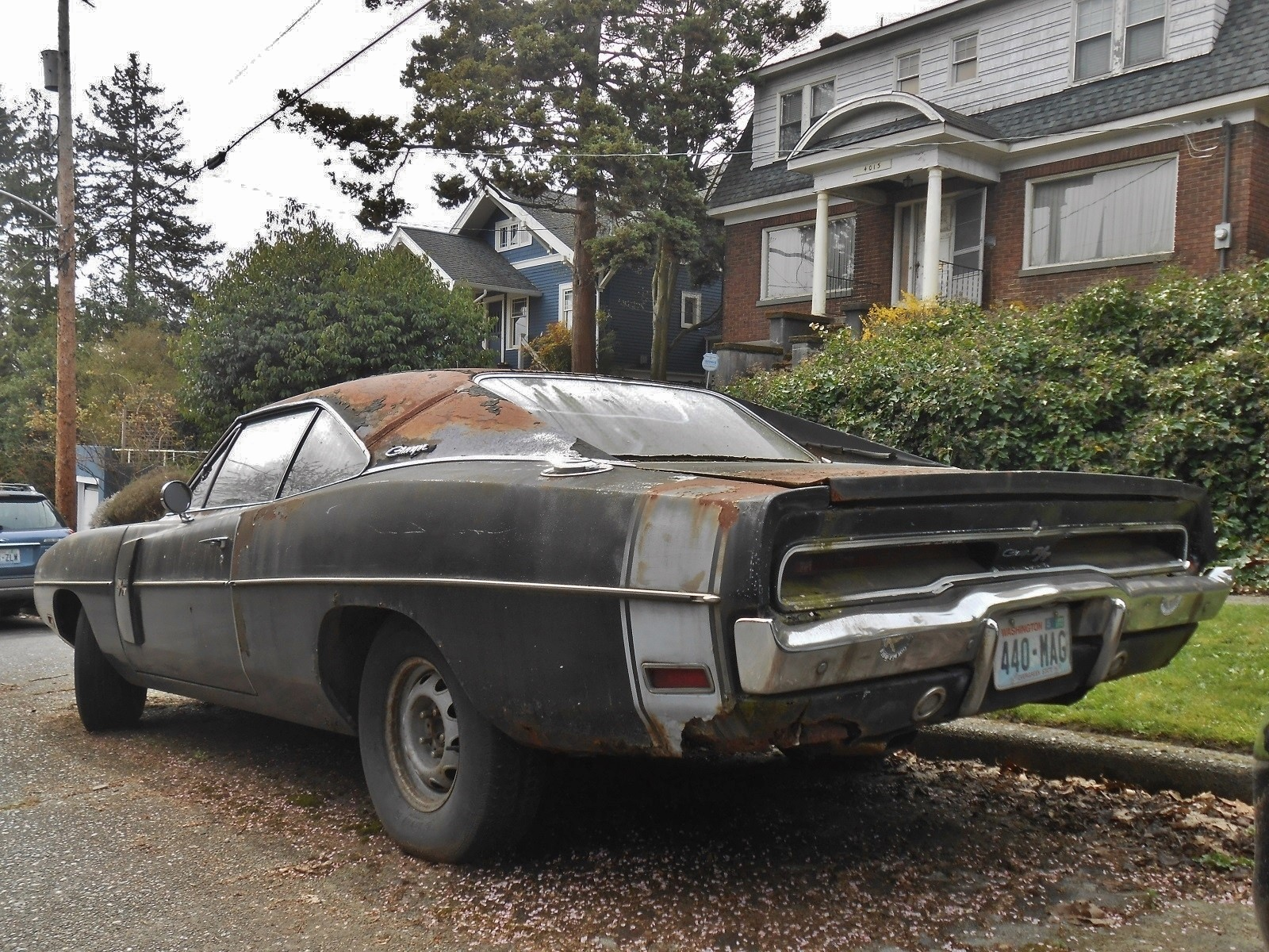 neglected plum crazy 1970 dodge charger r t 440 rusting in. Black Bedroom Furniture Sets. Home Design Ideas