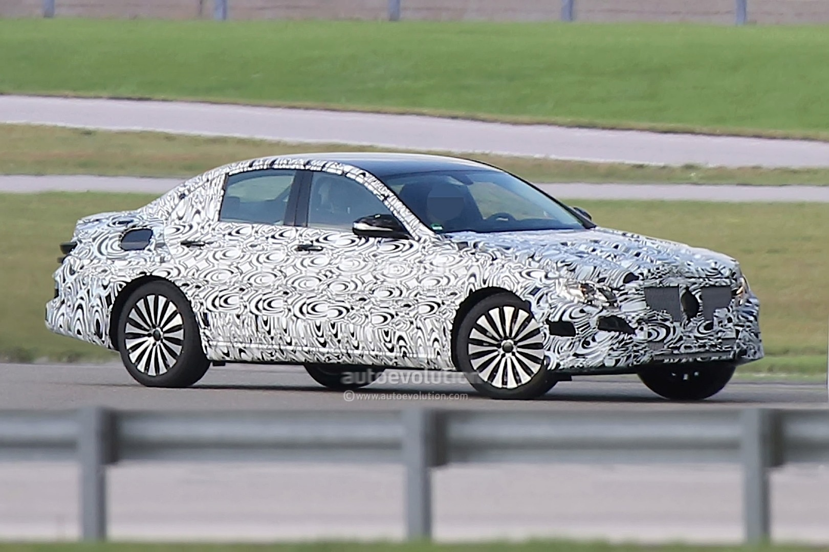 new-2016-mercedes-benz-e-class-spied-for-the-first-time_1.jpg
