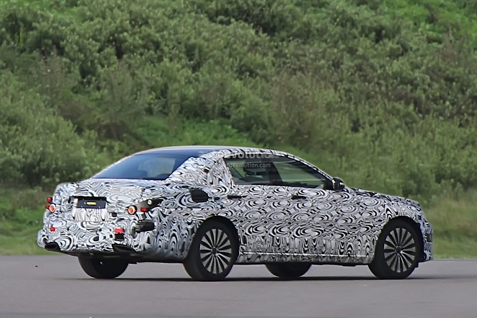 new-2016-mercedes-benz-e-class-spied-for-the-first-time_6.jpg