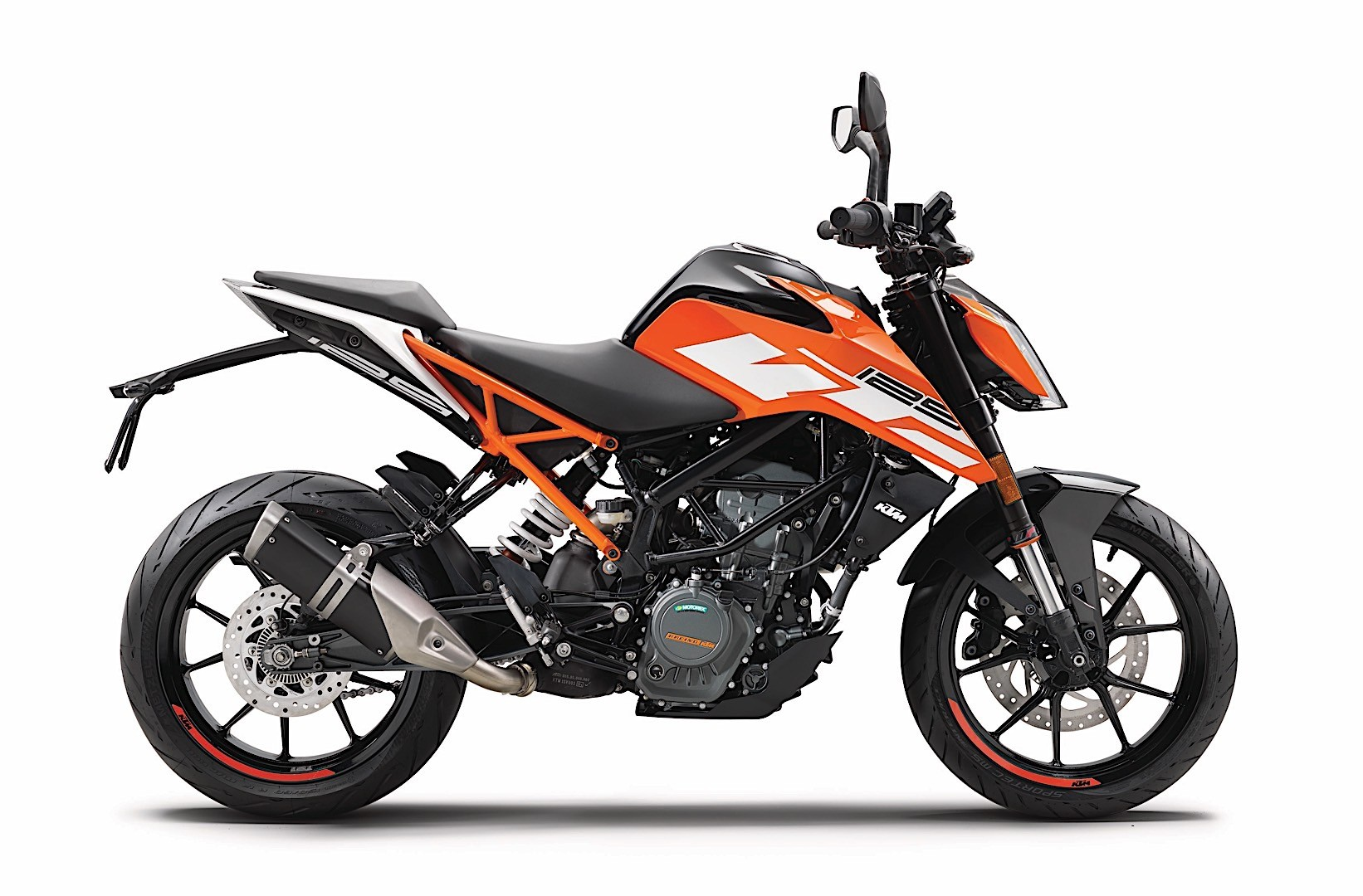 new 2017 ktm 125 duke and 390 duke hitting dealerships autoevolution. Black Bedroom Furniture Sets. Home Design Ideas