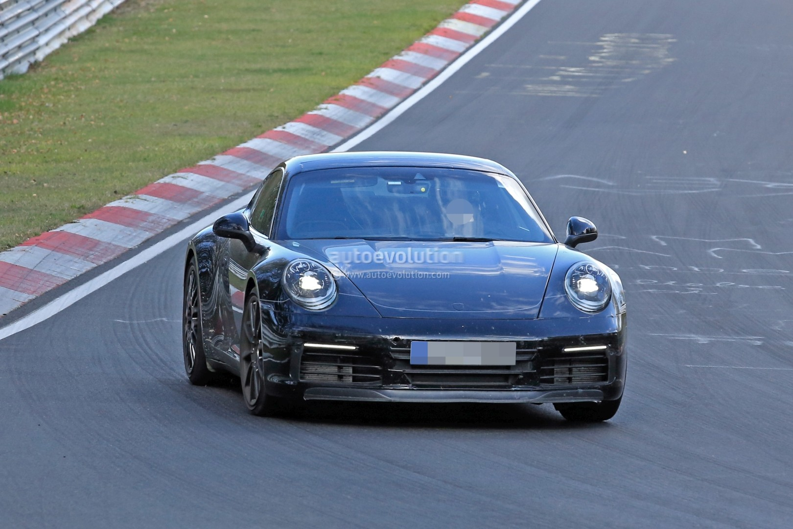 2018 - [Porsche] 911 - Page 3 New-2019-porsche-911-makes-nurburgring-debut-prototype-has-mysterios-fuel-door_2