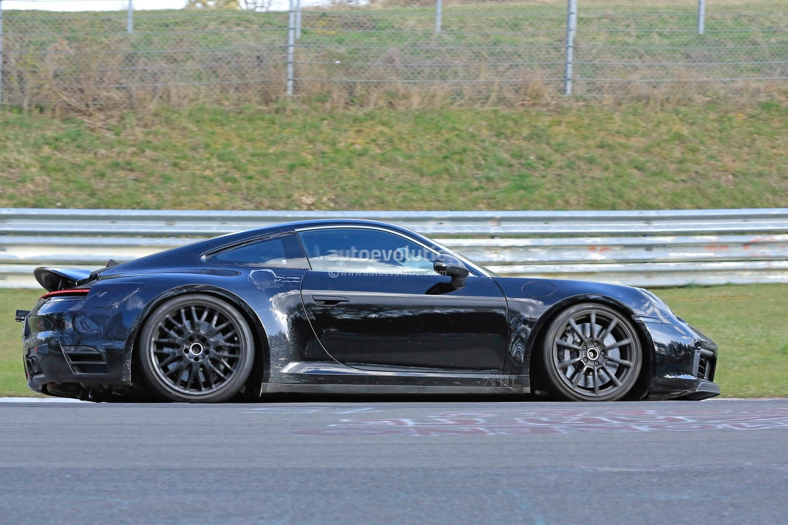 2018 - [Porsche] 911 - Page 3 New-2019-porsche-911-makes-nurburgring-debut-prototype-has-mysterios-fuel-door_6