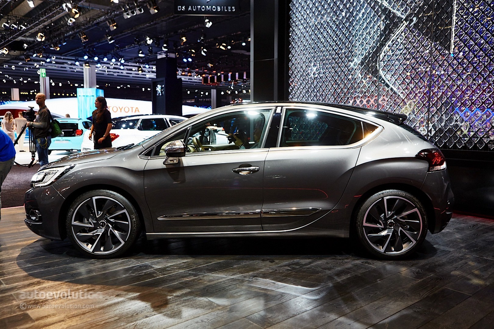 new ds4 and ds4 crossback prices announced autoevolution. Black Bedroom Furniture Sets. Home Design Ideas