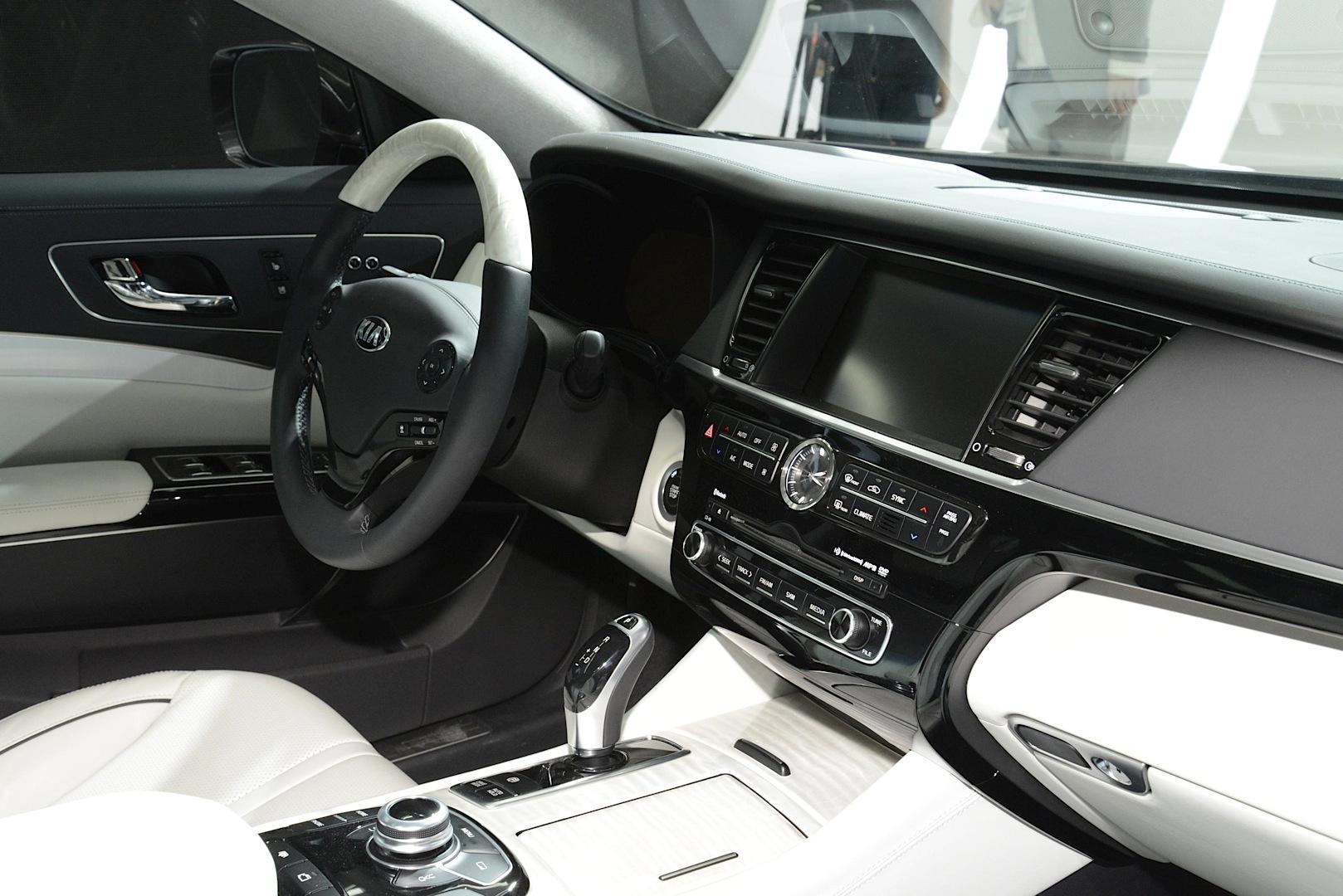 new kia k900 flagship sedan unveiled with v6 and v8 in la