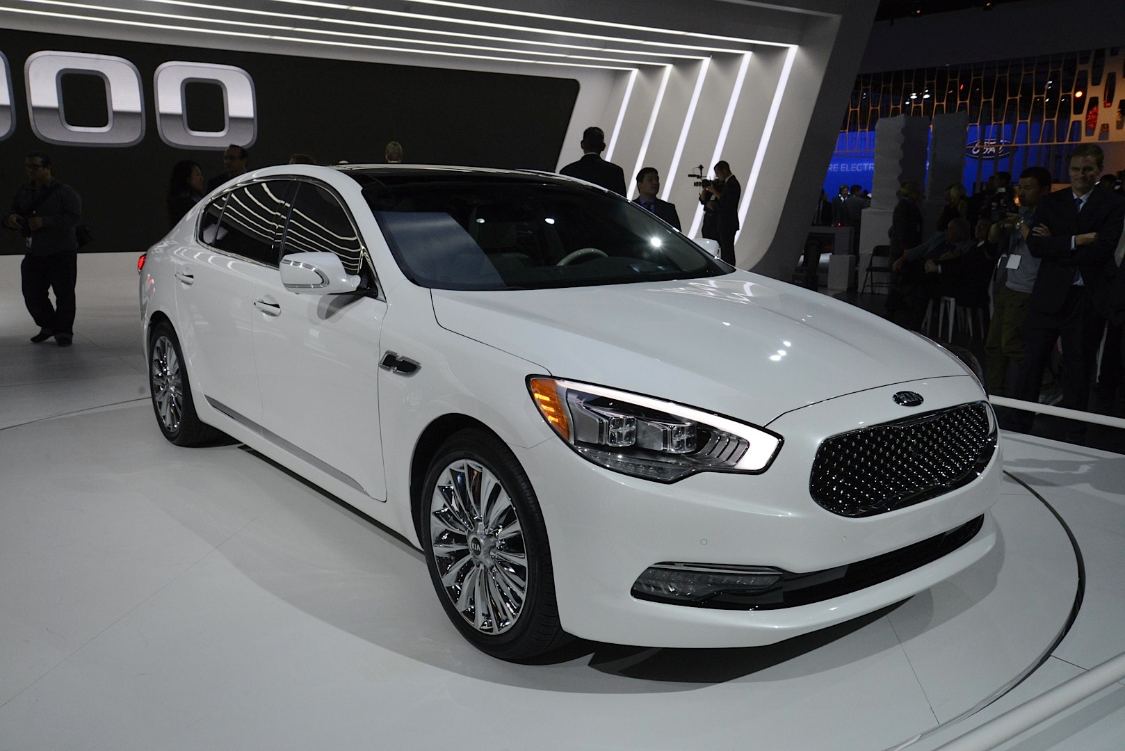 new kia k900 flagship sedan unveiled with v6 and v8 in la. Black Bedroom Furniture Sets. Home Design Ideas