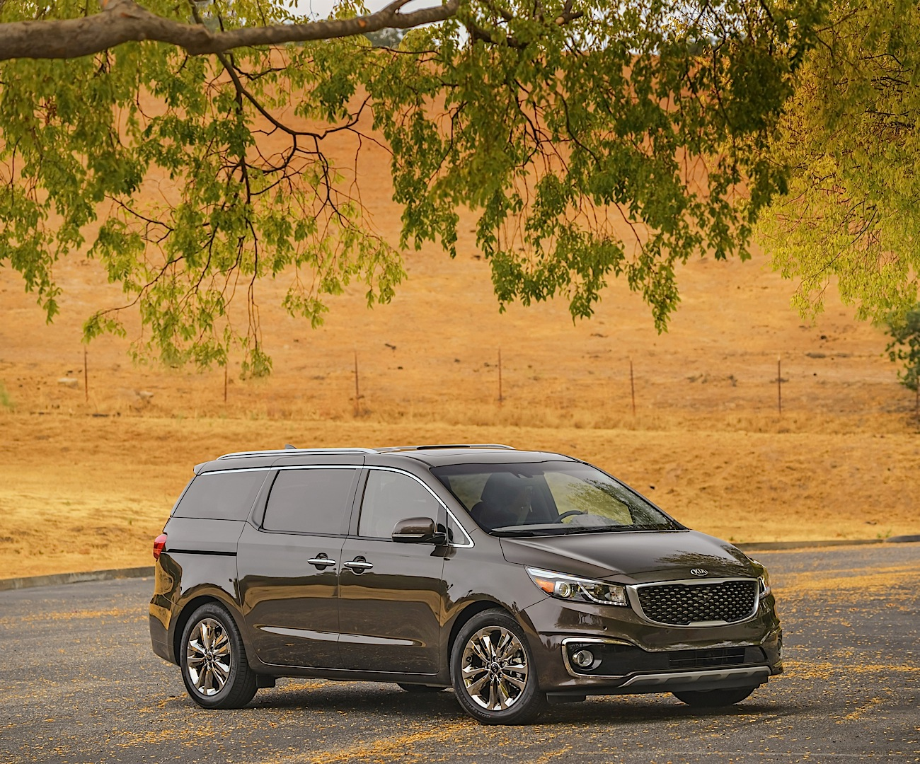 2015 kia sedona commercial makes fun of ford c max powered liftgate autoevolution