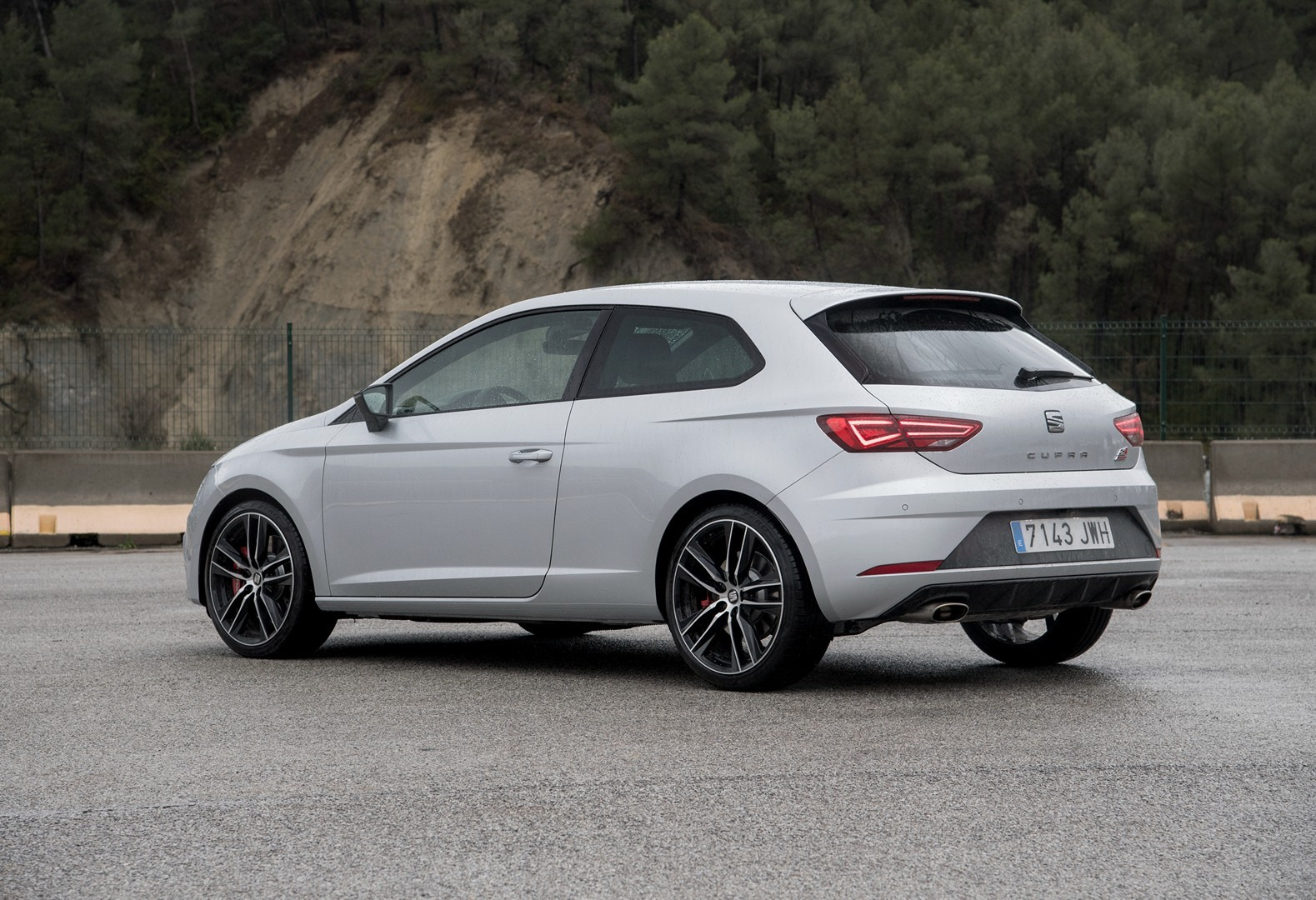 new leon cupra 300 39 s awd system discussed in 1 hour review autoevolution