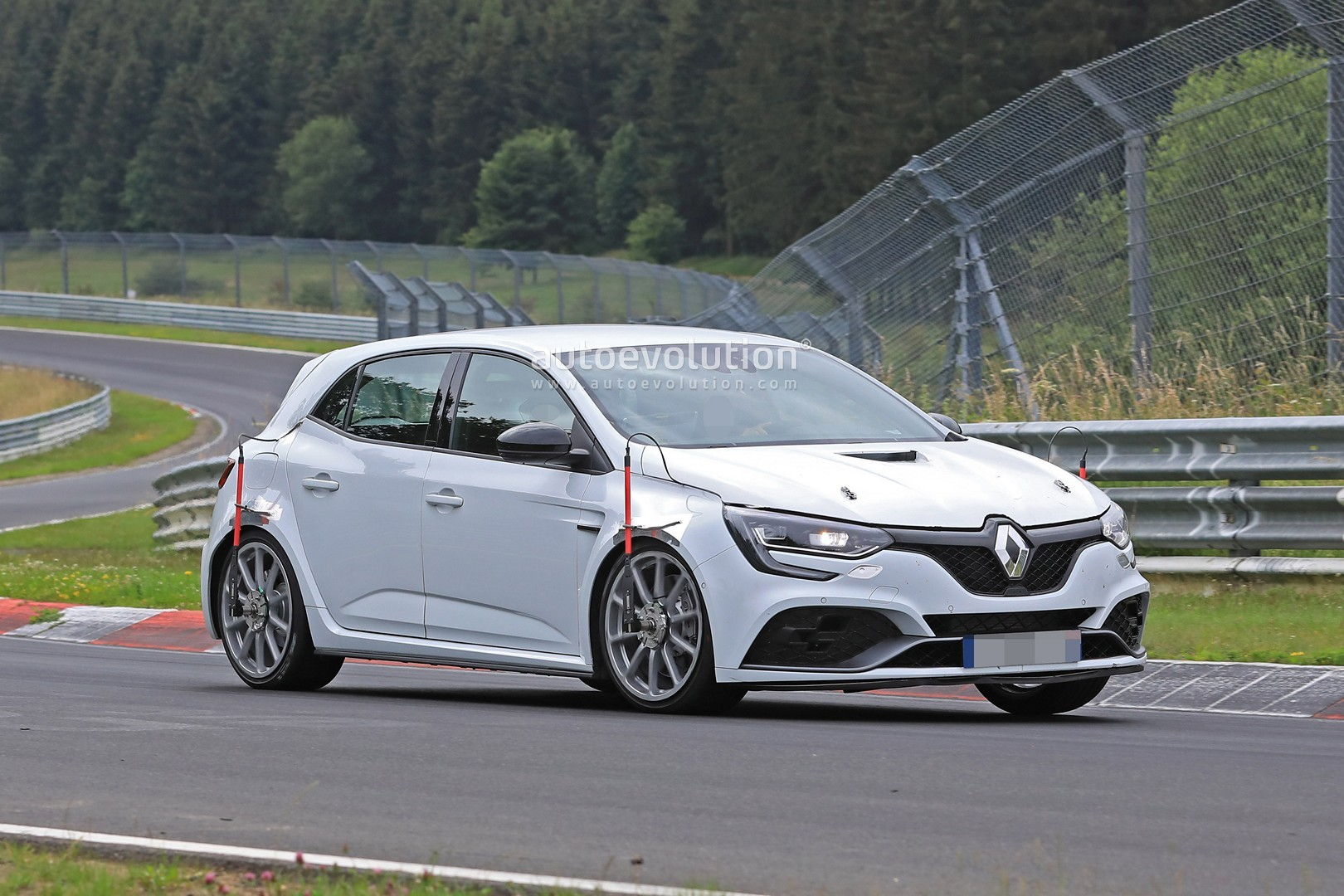 2017 - [Renault] Megane IV R.S. - Page 23 New-megane-rs-trophy-spied-at-the-nurburgring-with-vented-hood-no-rear-seats_4