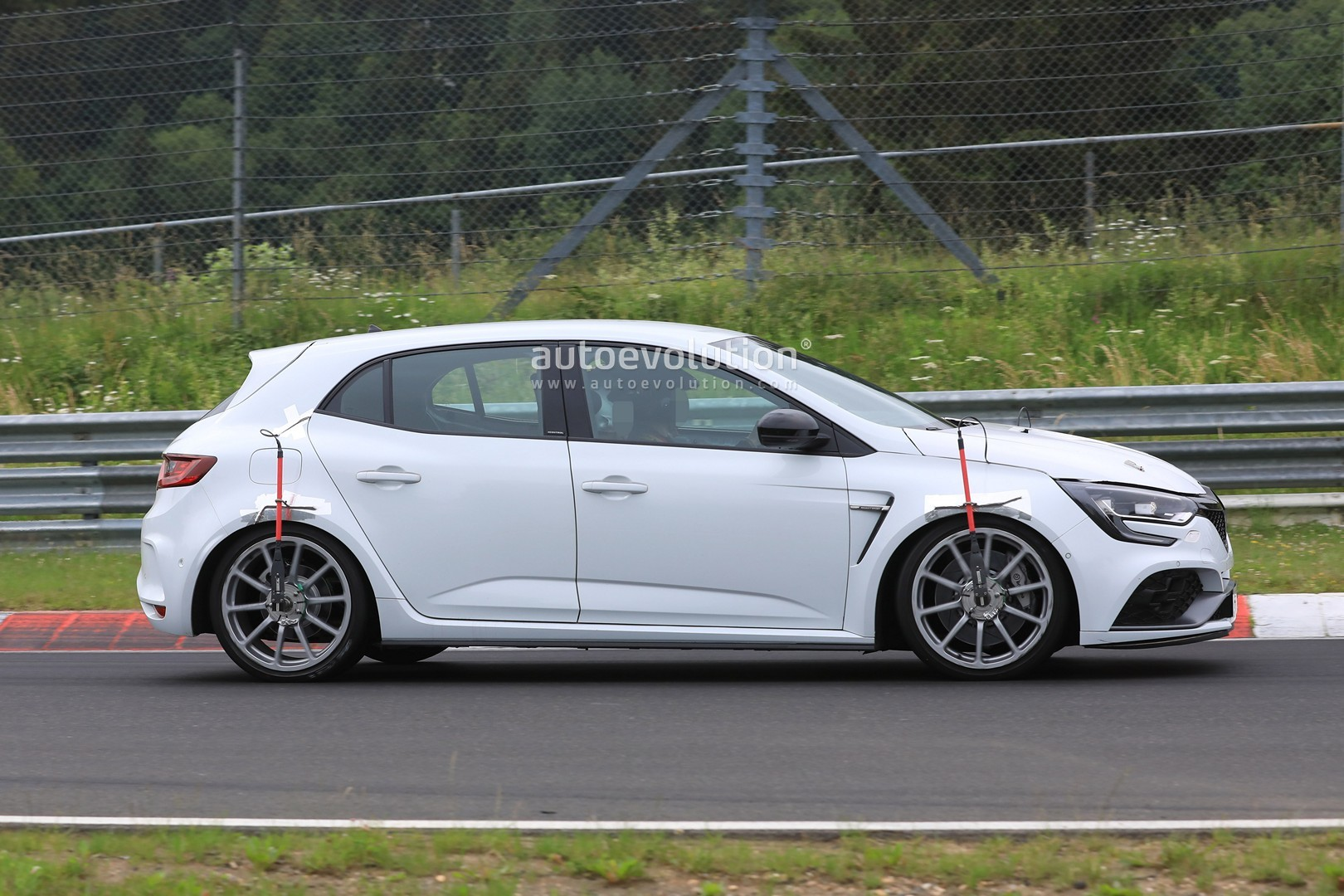2019 megane rs trophy spied at the nurburgring with vented hood no rear seats autoevolution. Black Bedroom Furniture Sets. Home Design Ideas