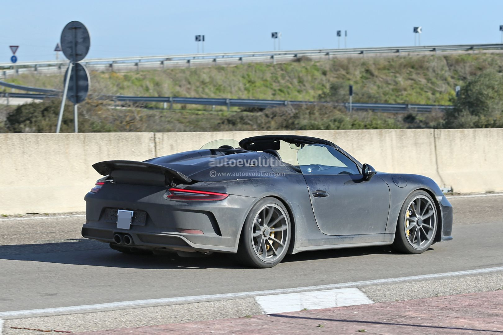 2015 - [Porsche] 911 Restylée [991] - Page 13 New-porsche-911-speedster-spotted-testing-with-2020-911-cabrio-debut-imminent_9