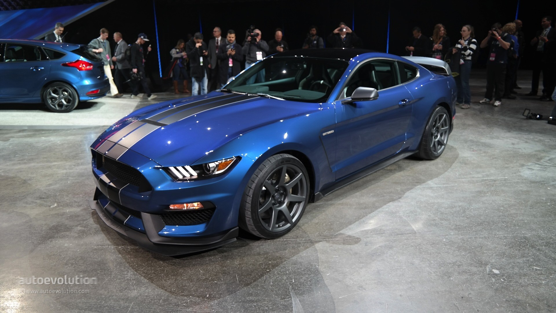 New Shelby Gt350r Mustang Unveiled In Detroit With Burnout