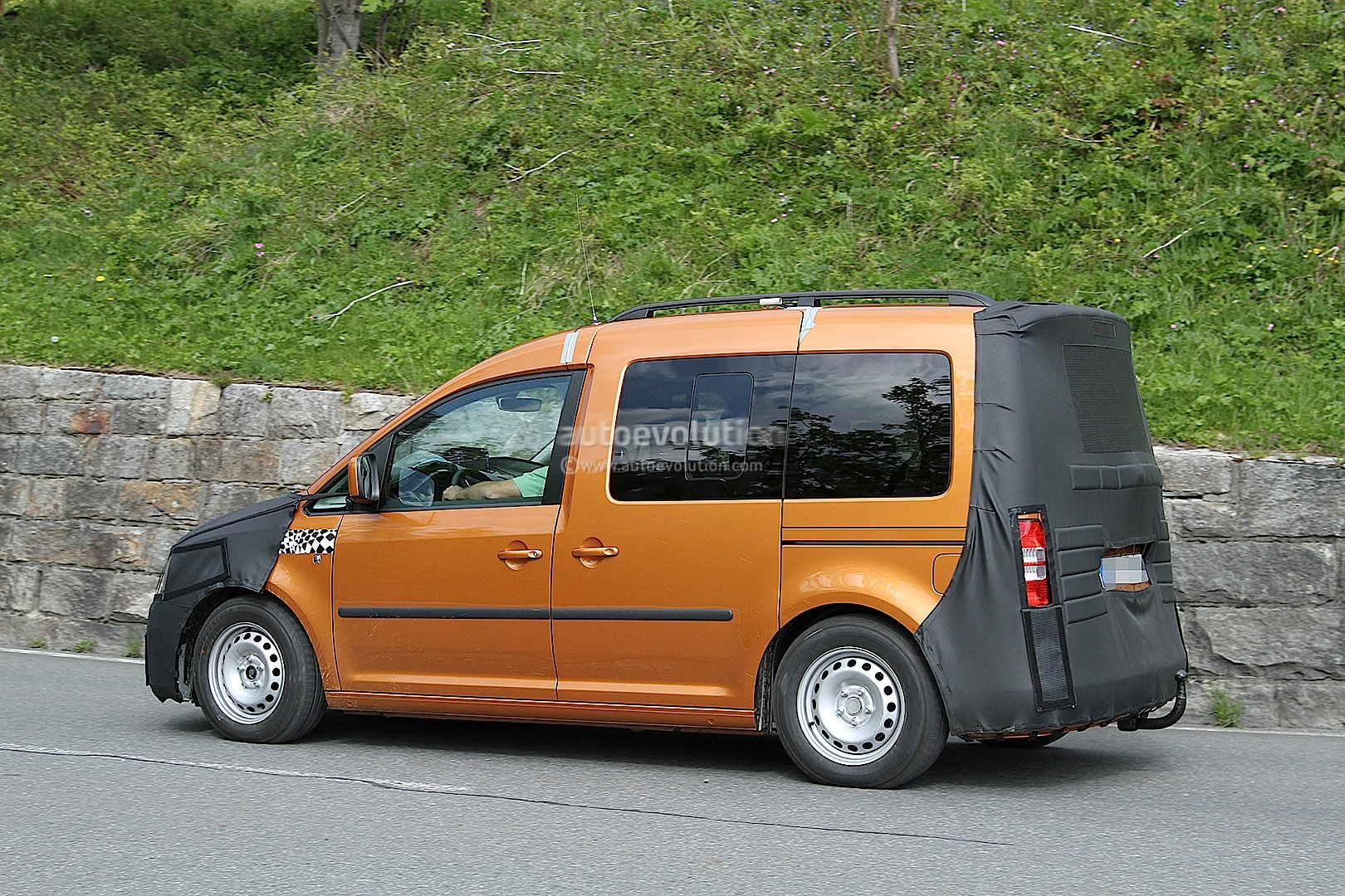 new volkswagen caddy spied testing for 2015 launch. Black Bedroom Furniture Sets. Home Design Ideas