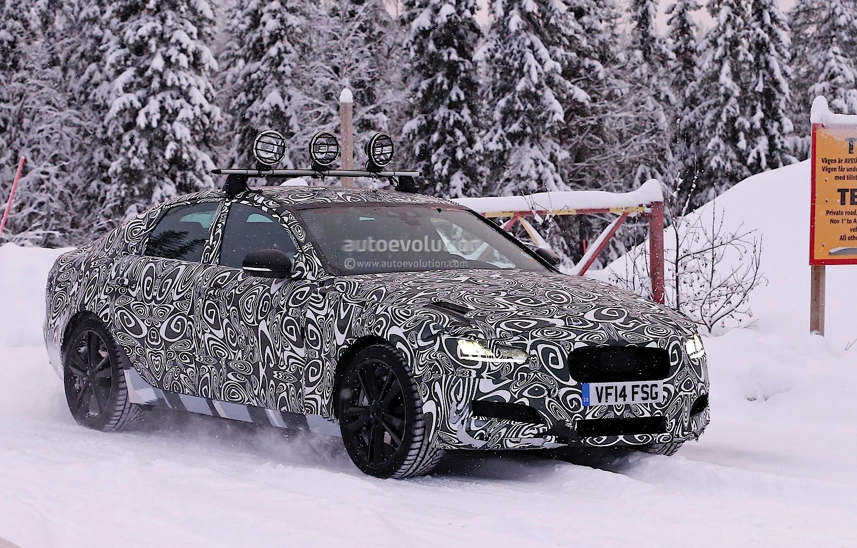 2016 - [Jaguar] XF II [X260] - Page 2 Next-jaguar-xf-spied-testing-in-the-snow-interior-sneak-peek-photo-gallery_2