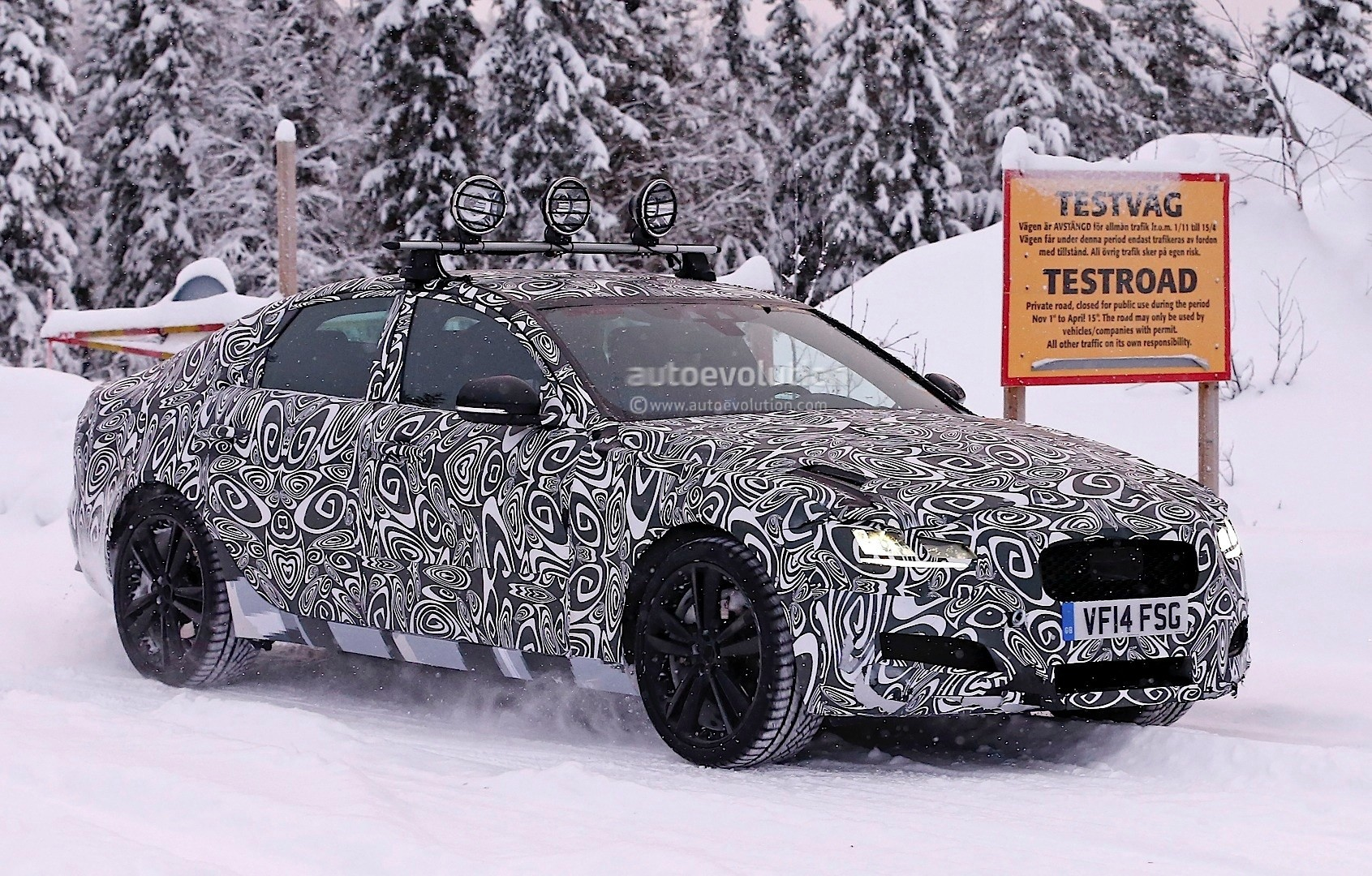 2016 - [Jaguar] XF II [X260] - Page 2 Next-jaguar-xf-spied-testing-in-the-snow-interior-sneak-peek-photo-gallery_3