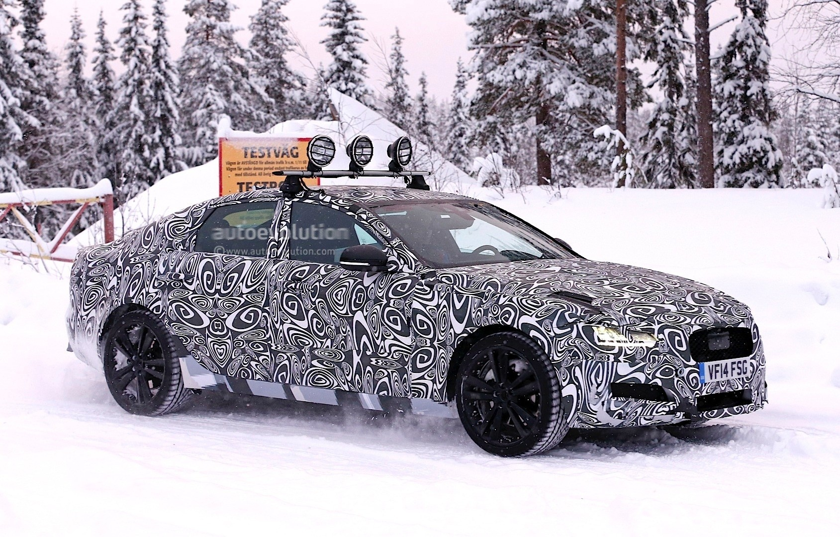 2016 - [Jaguar] XF II [X260] - Page 2 Next-jaguar-xf-spied-testing-in-the-snow-interior-sneak-peek-photo-gallery_4