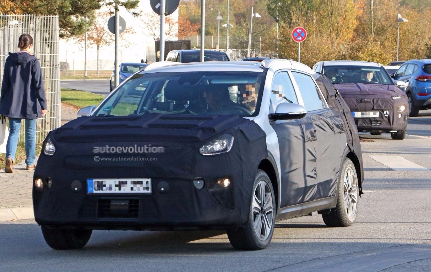 Hyundai Spy Shots >> Spyshots: 2019 Kia Niro Electric Parked Next To Hyundai Kona Electric In Germany - autoevolution