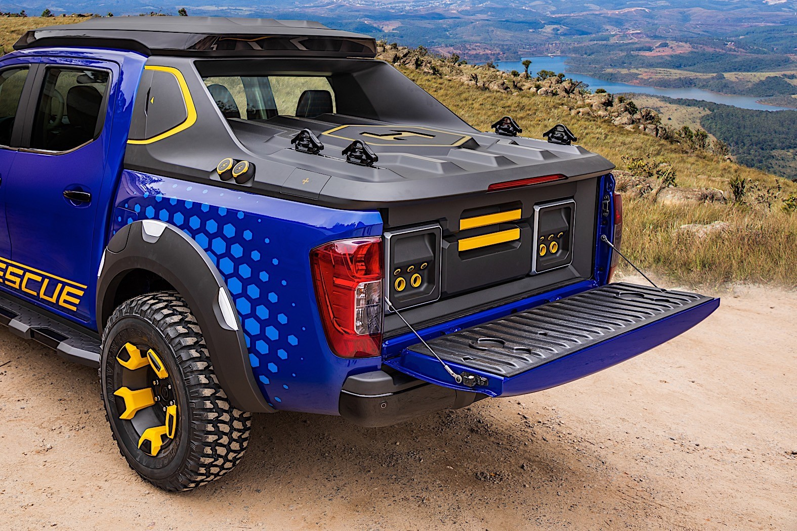 c757ddf7fee Nissan Frontier Sentinel Concept Comes with Landing Pads for Drones ...