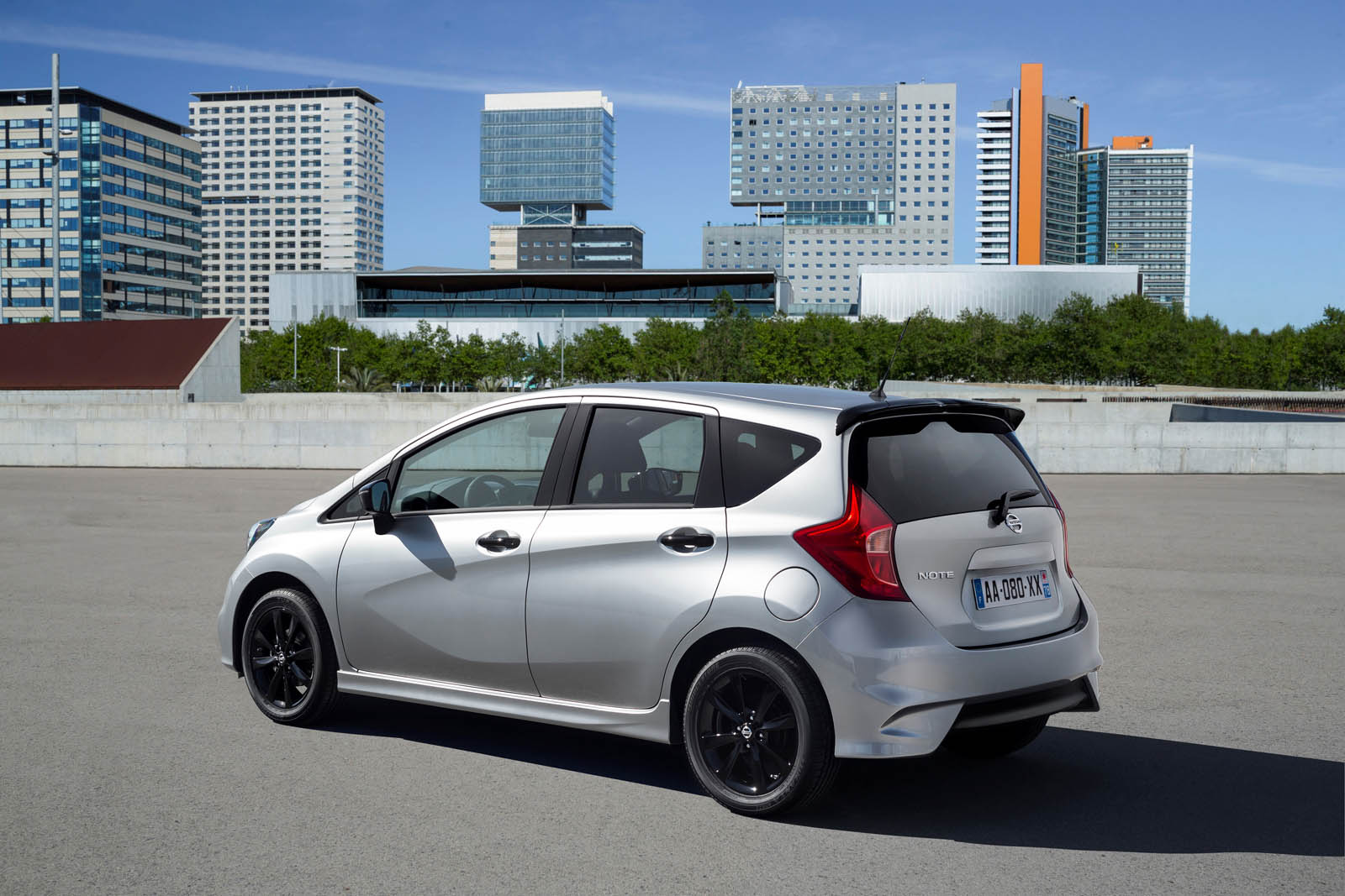 2016 nissan note black edition wants you to stand out with style autoevolution. Black Bedroom Furniture Sets. Home Design Ideas