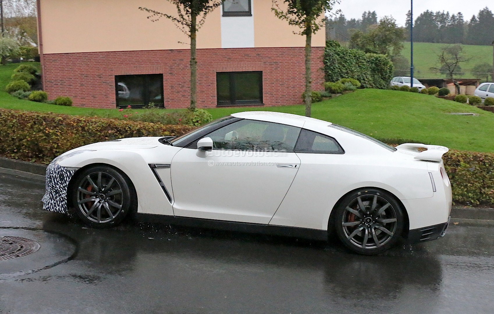 http://s1.cdn.autoevolution.com/images/news/gallery/nissan-spied-testing-last-facelift-for-current-gt-r-generation_5.jpg